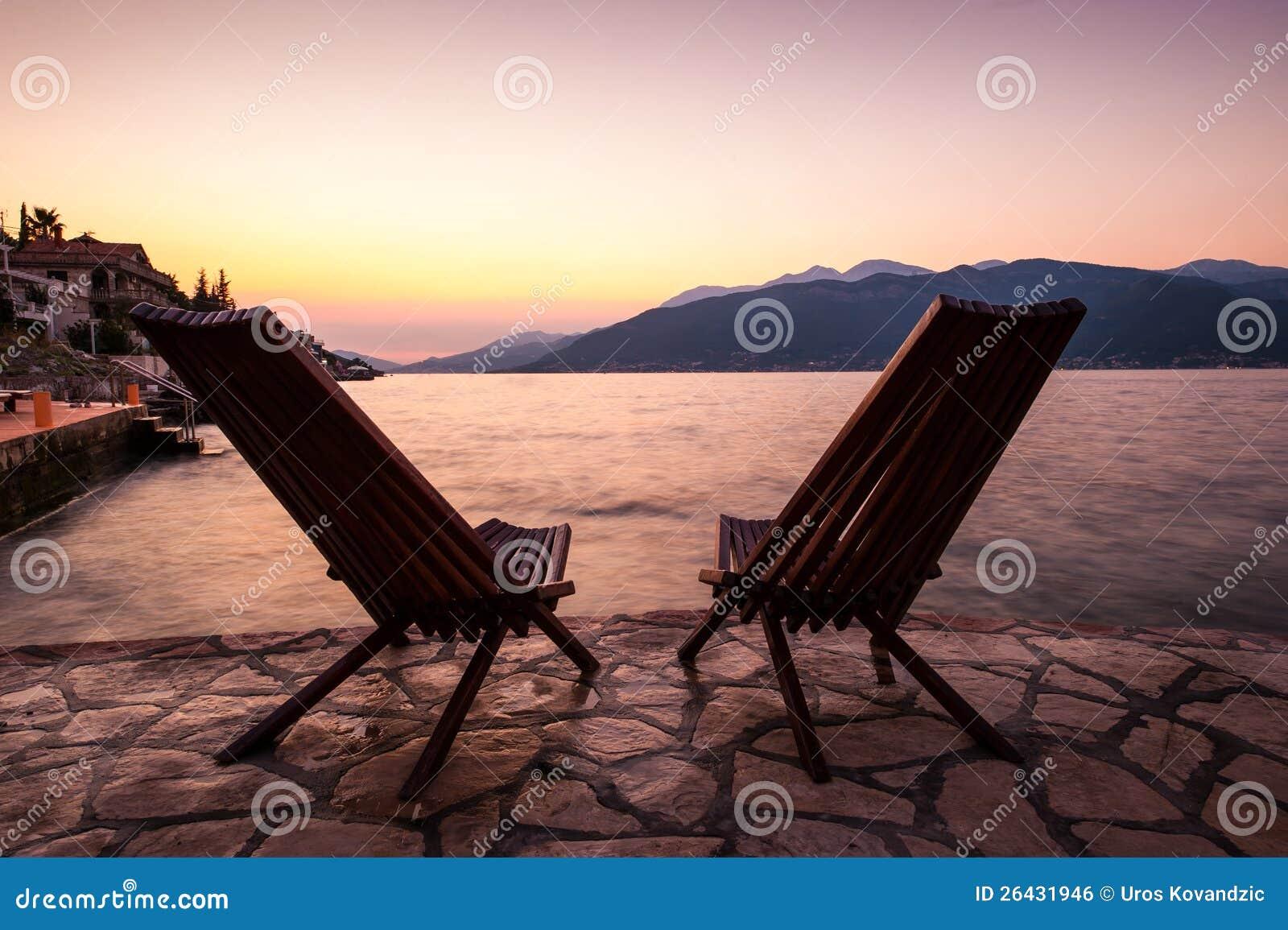 Cadeiras sós no beira-mar