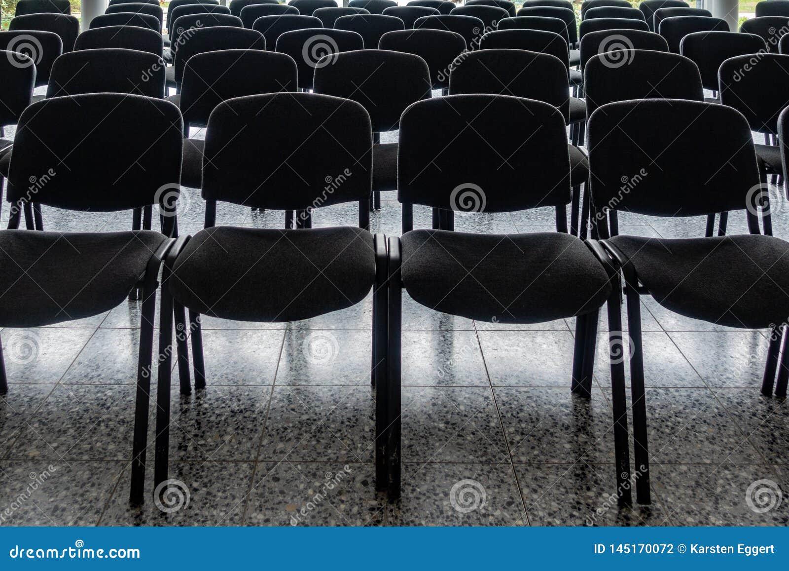 Cadeiras vazias no vestíbulo de um salão