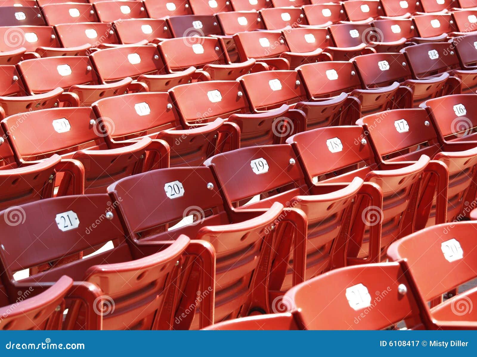 Cadeiras vermelhas do estádio