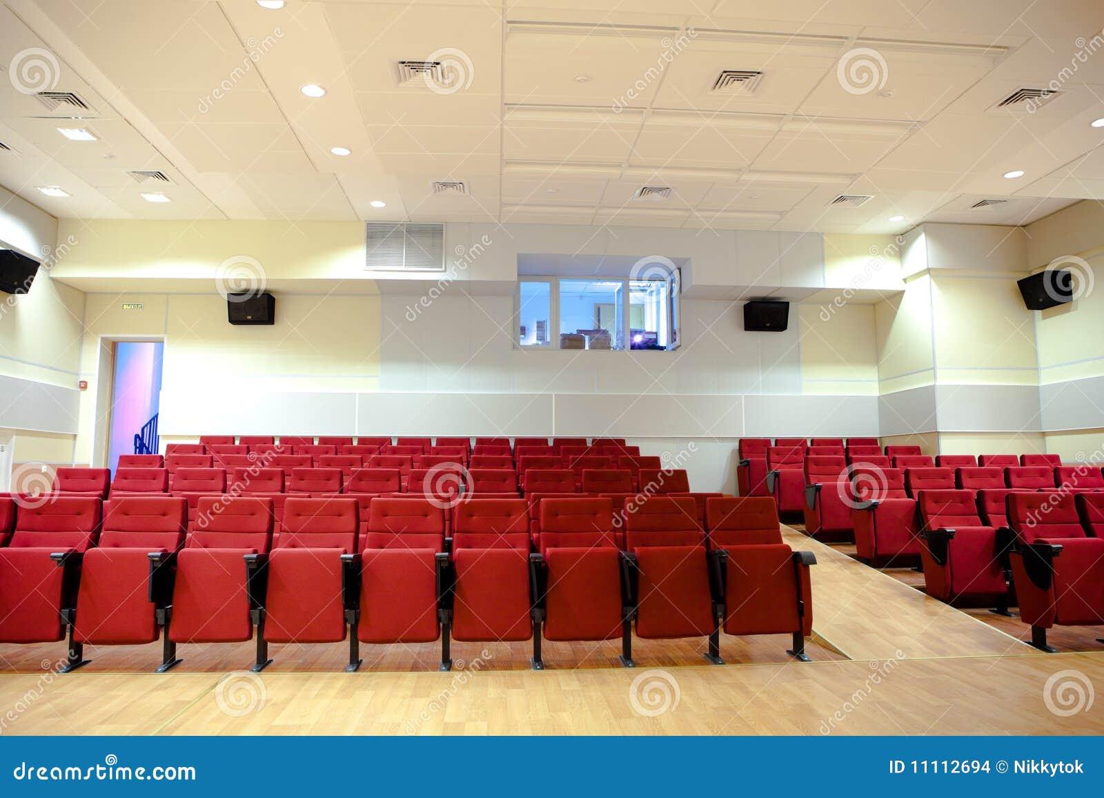 Cadeiras vermelhas no salão