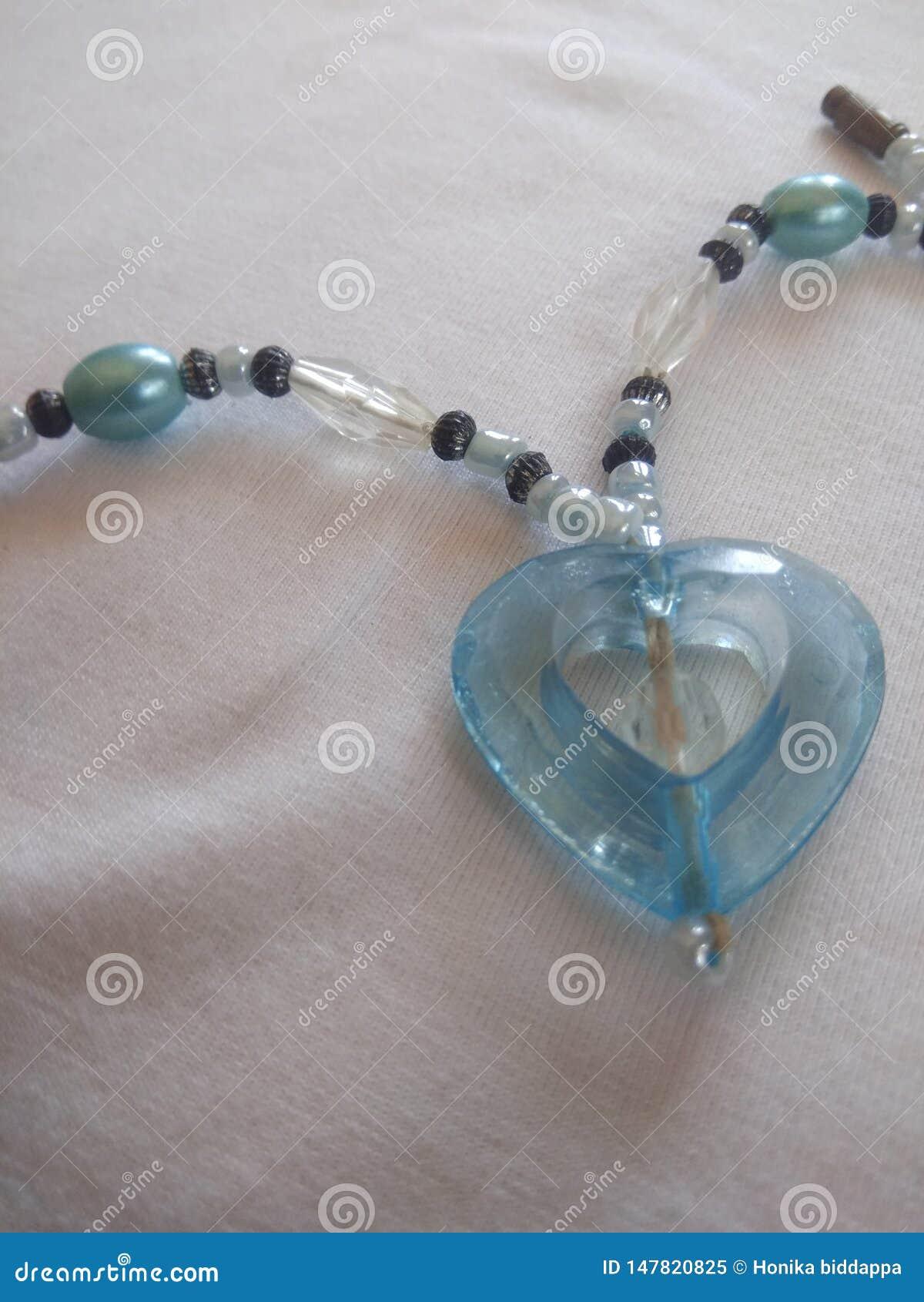 Cadena en forma de corazón del wera del partido con los pernos prisioneros azules