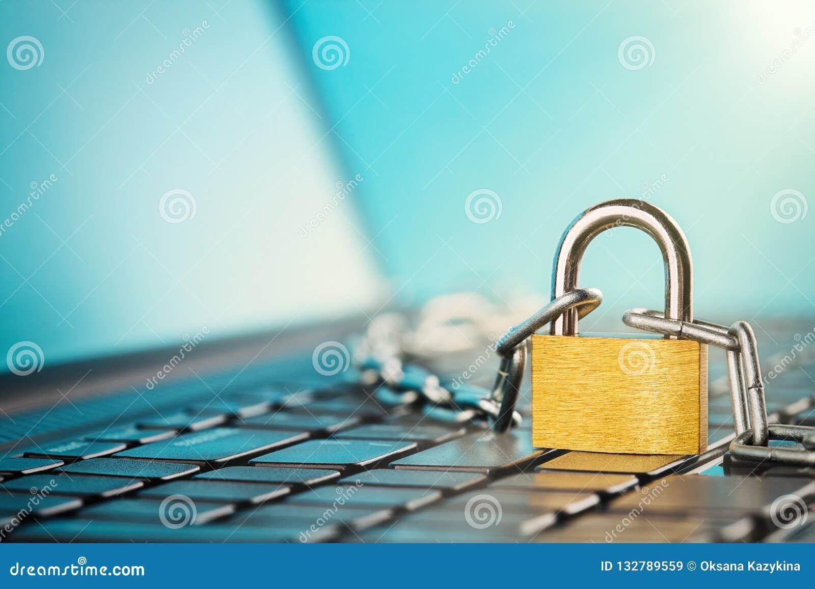 Cadenas sur le clavier d ordinateur Sécurité de réseau, protection des données et PC de protection d antivirus