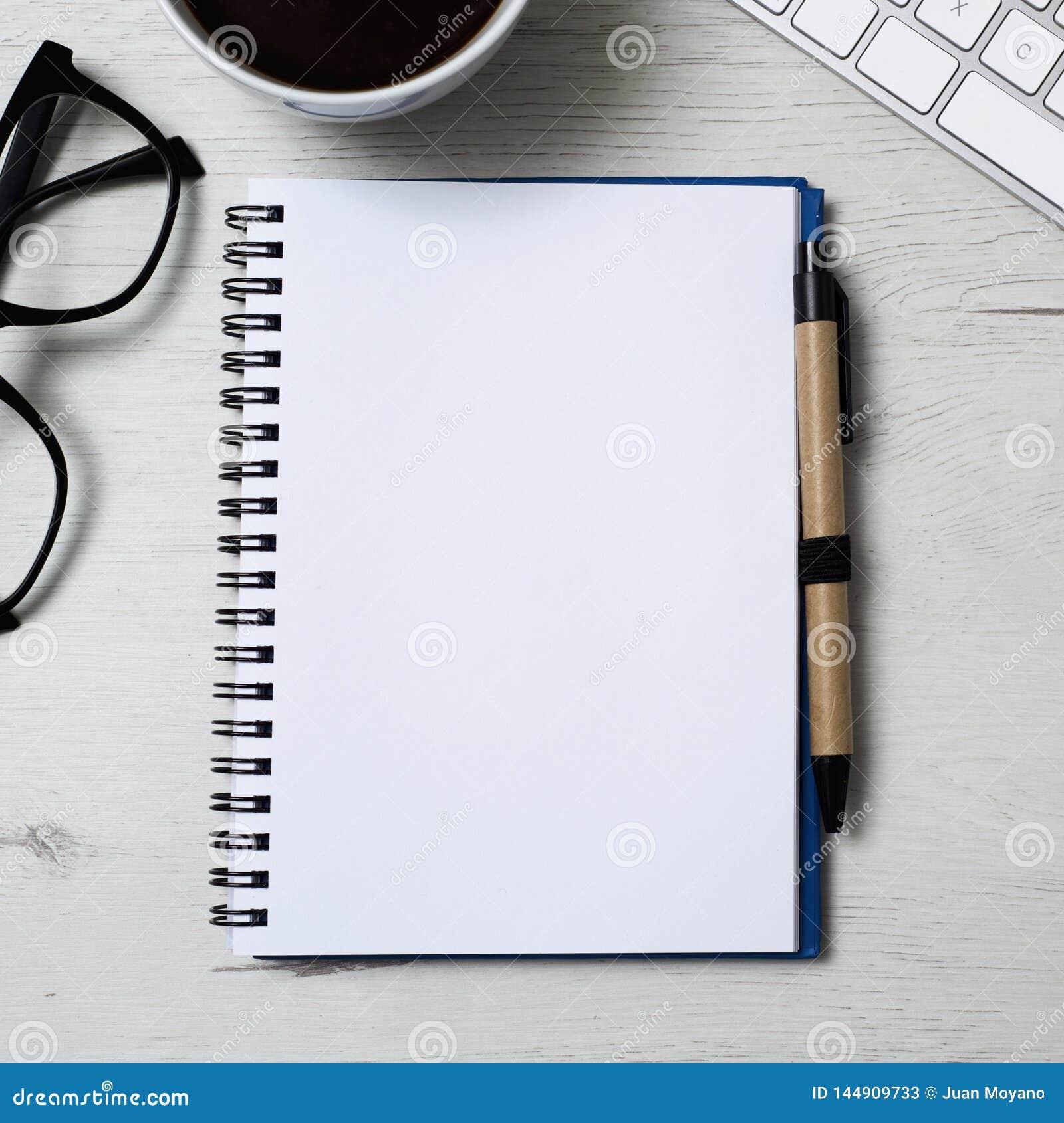 Caderno com um espaço vazio em uma tabela