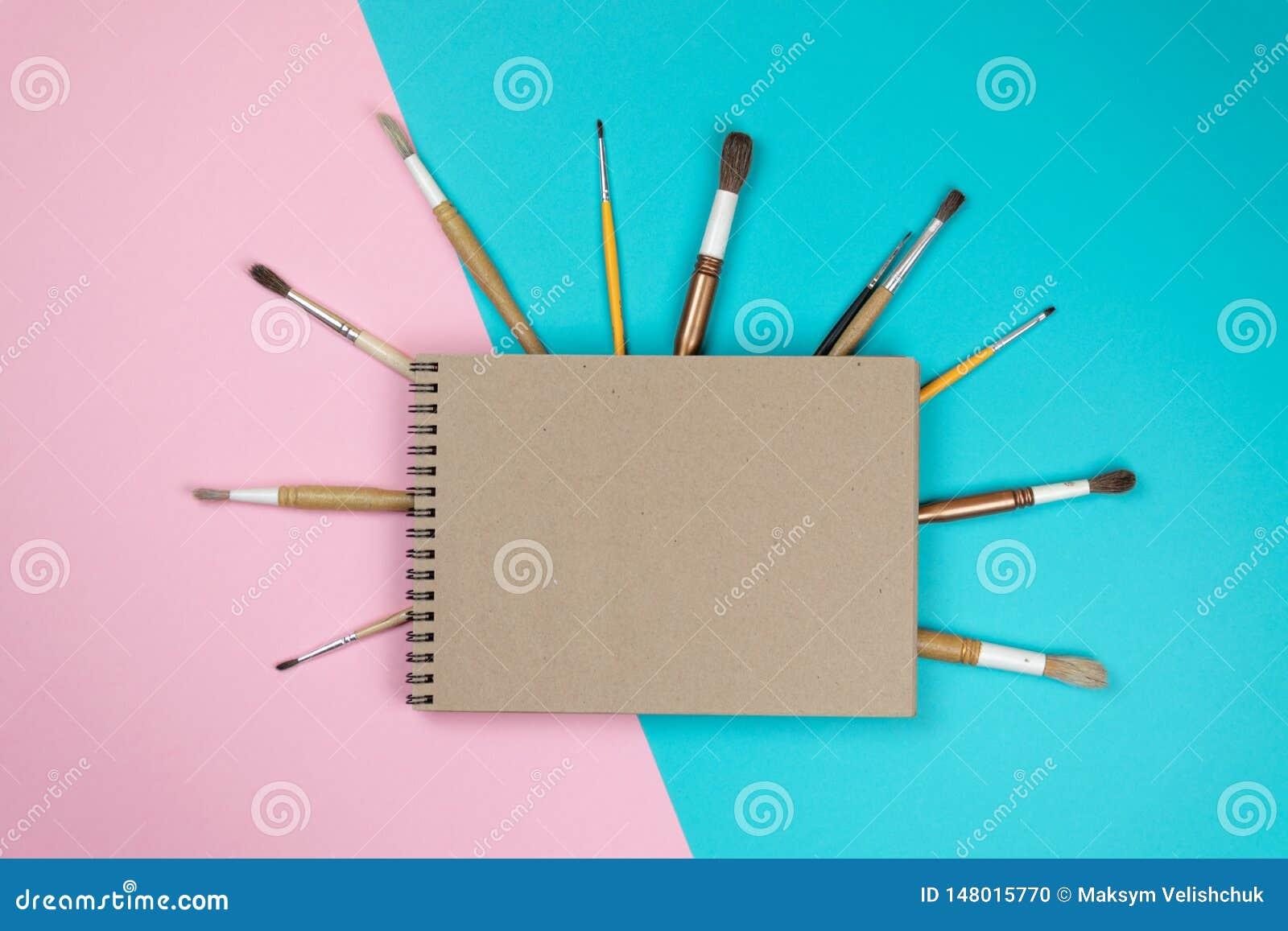 Caderno da escola e v?rios artigos de papelaria De volta ao conceito da escola