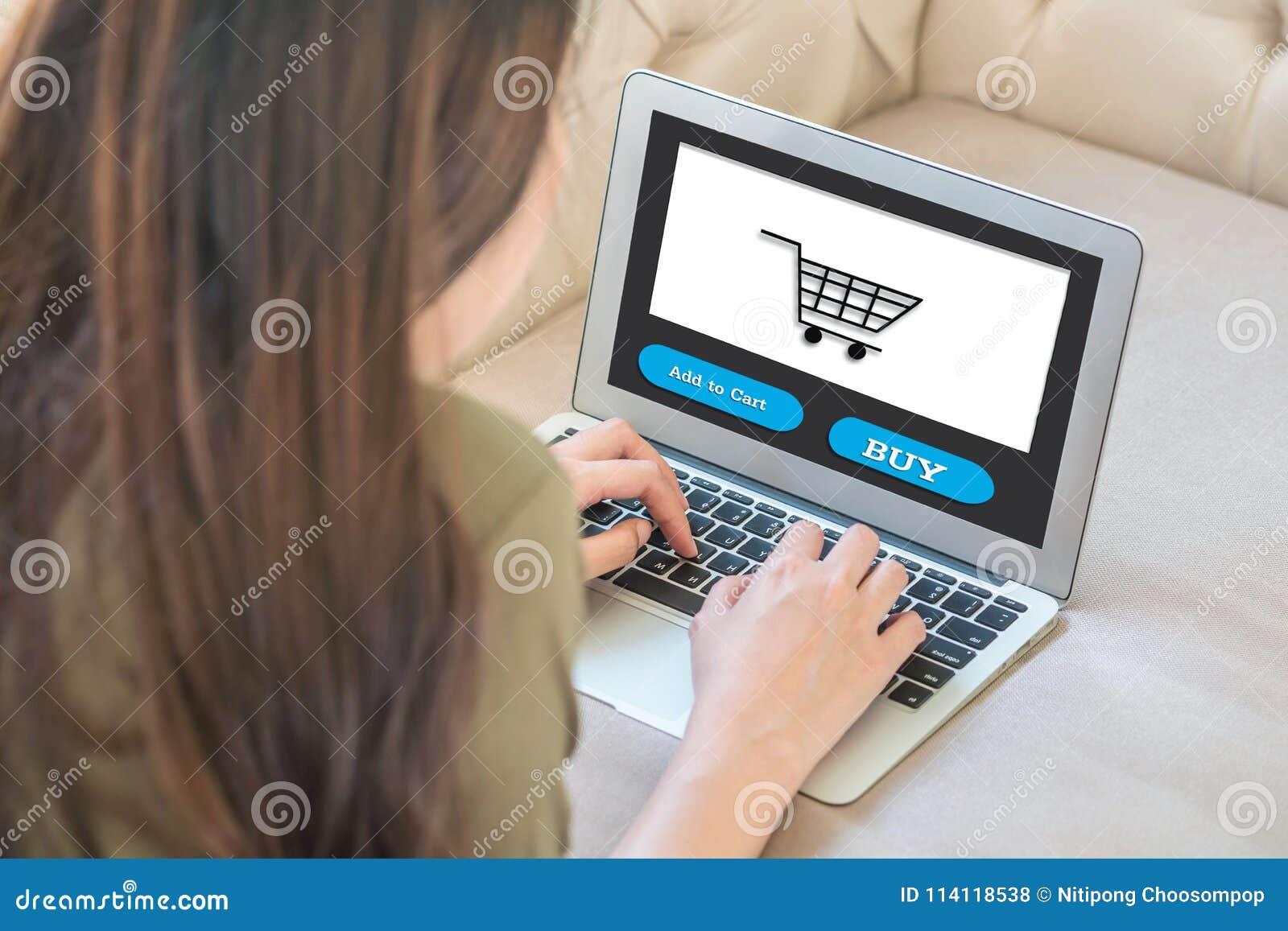 Caderno do computador do close up no sofá com a mulher asiática para comprar em linha no estilo de vida do conceito da mulher