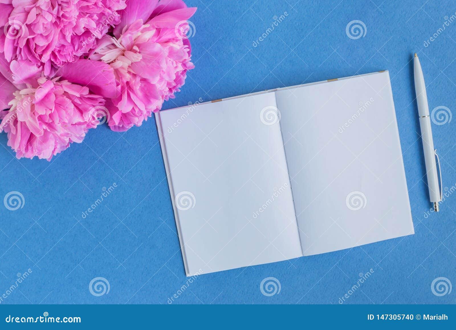 Caderno do modelo com peônias cor-de-rosa