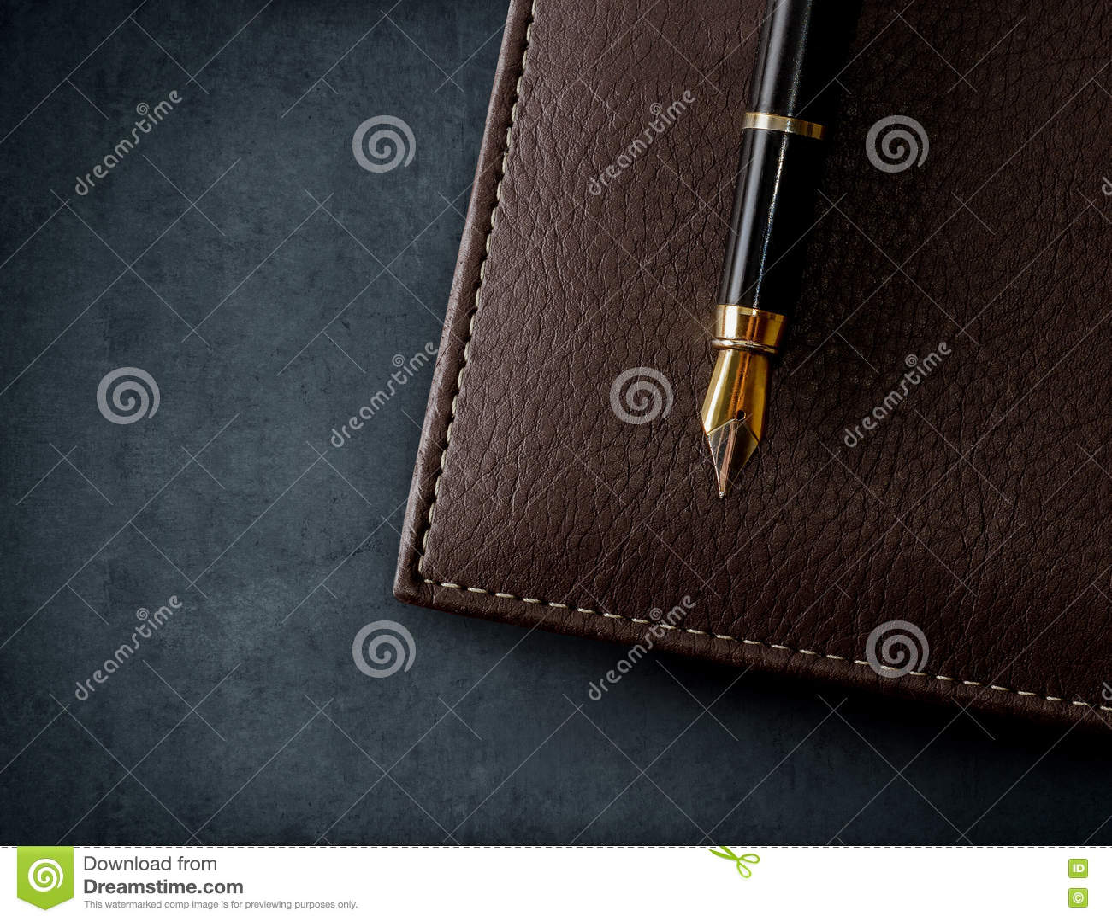 Caderno marrom de couro com pena de fonte