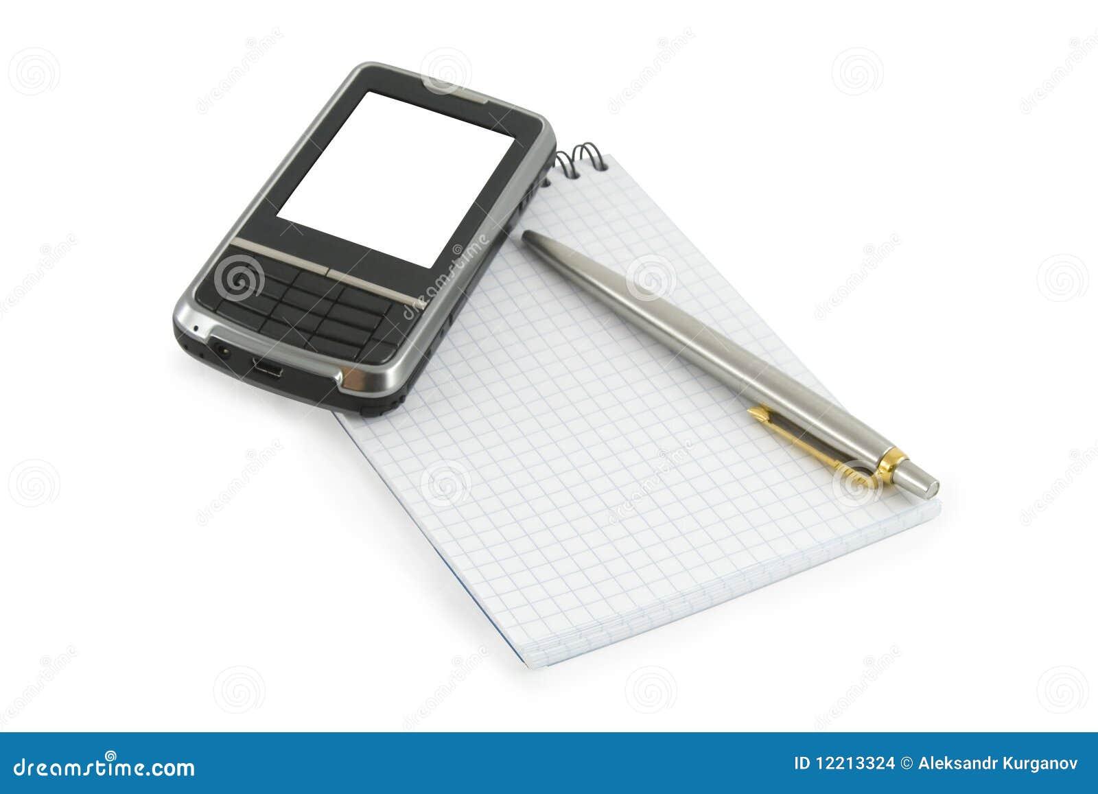 Caderno, pena e telefone móvel nele
