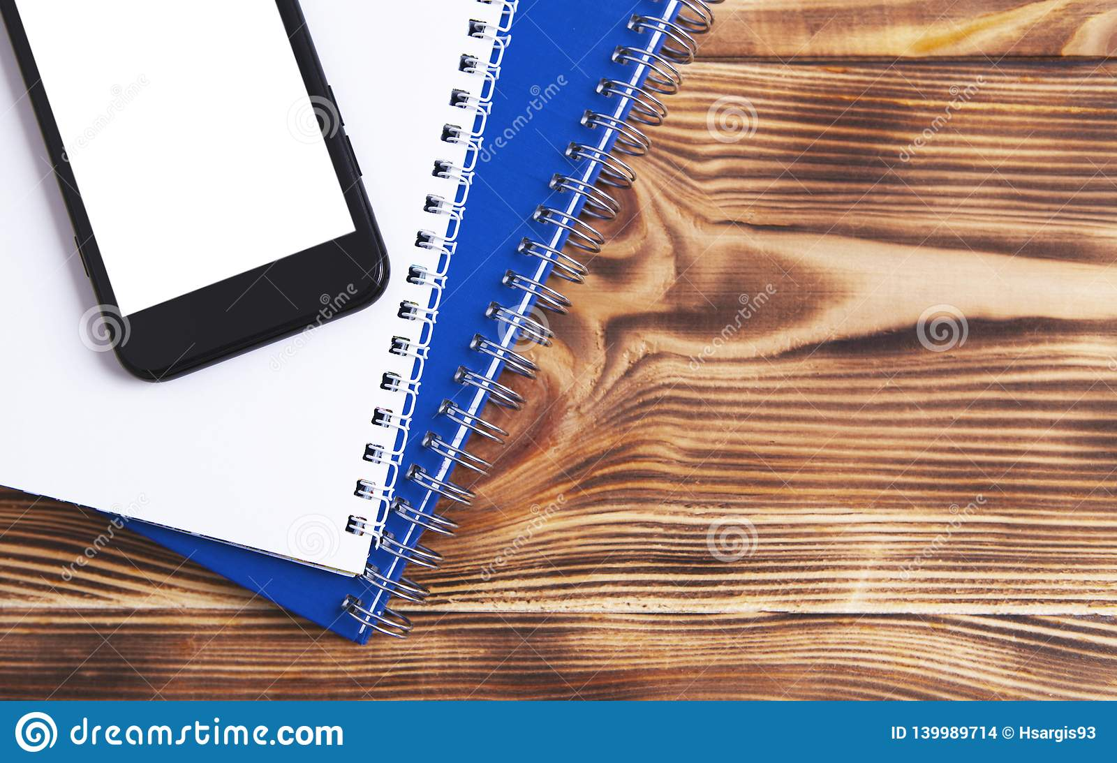 Cadernos da lista telefônica no fundo de madeira