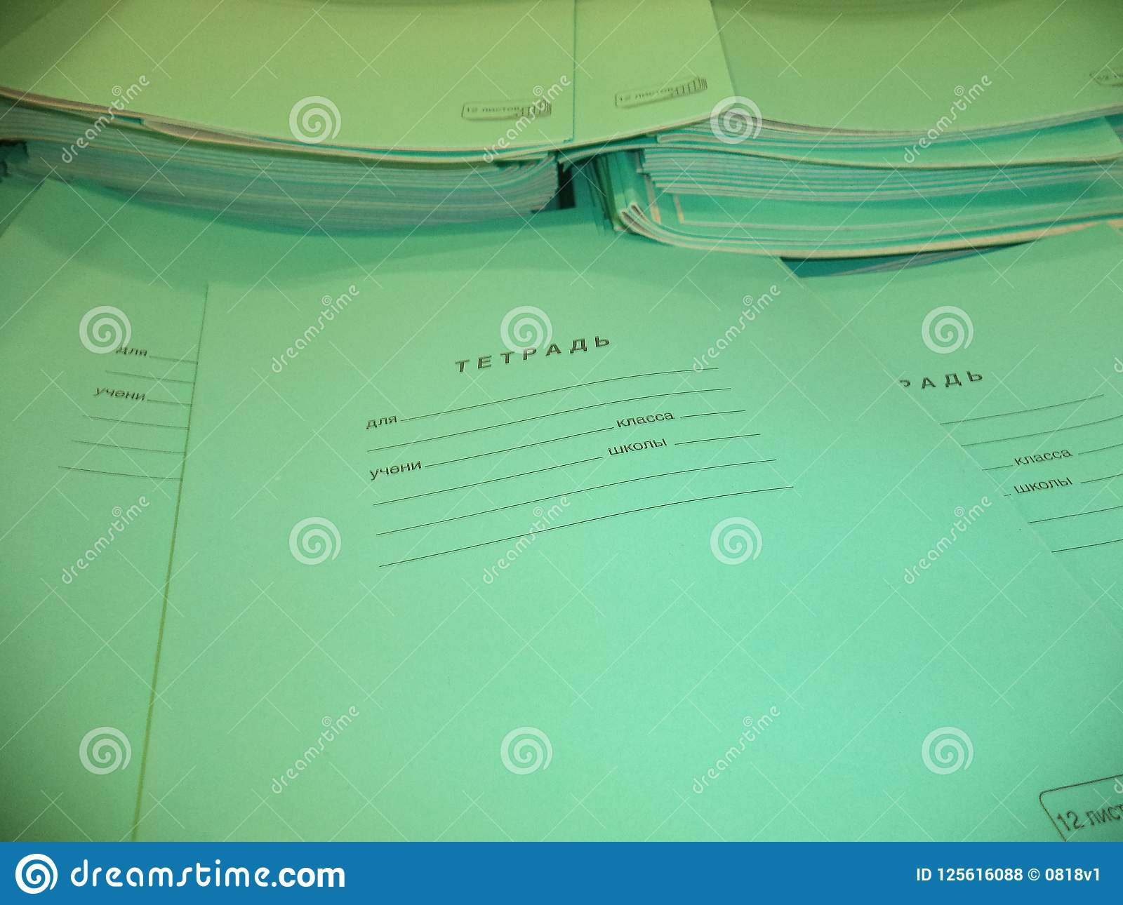Cadernos finos novos da escola