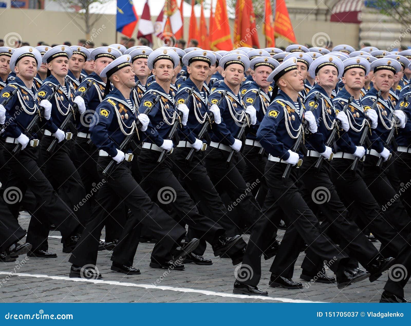 Cadete do instituto politécnico naval durante a parada no quadrado vermelho em honra do dia da vitória