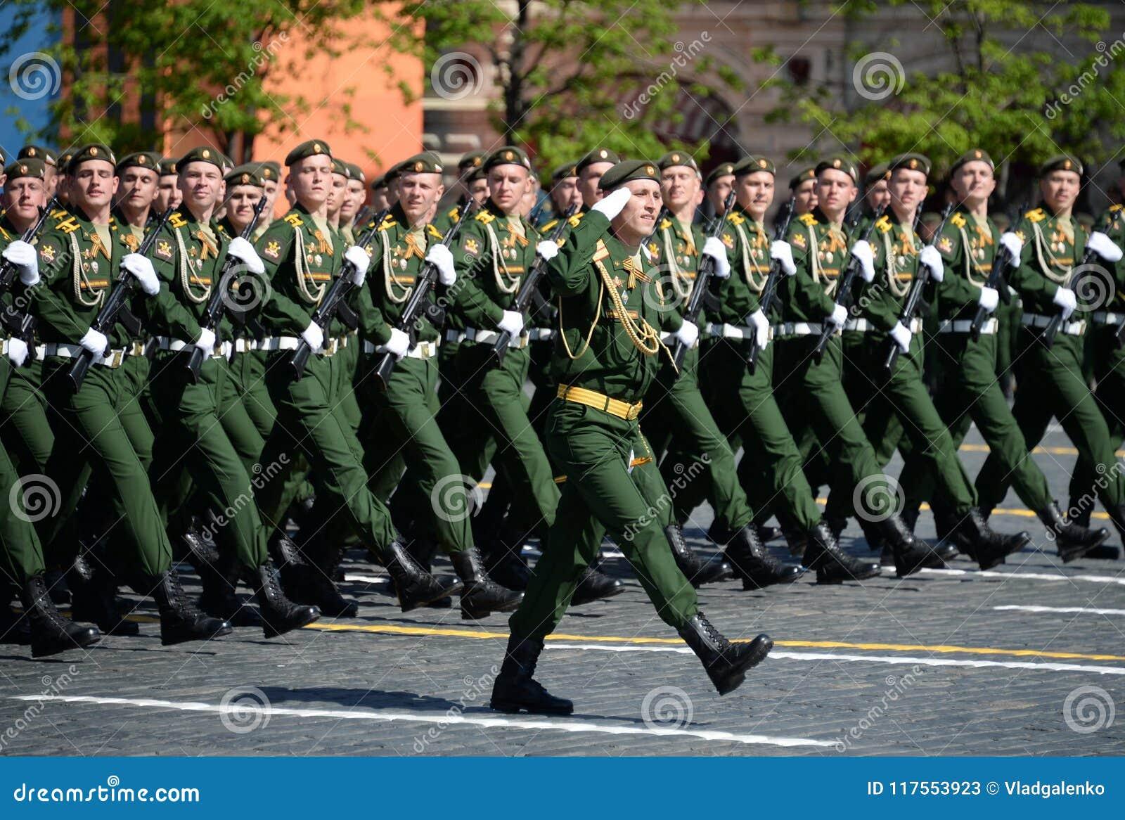 Cadets de l académie militaire de la défense de rayonnement, chimique et biologique au défilé consacré à Victory Day