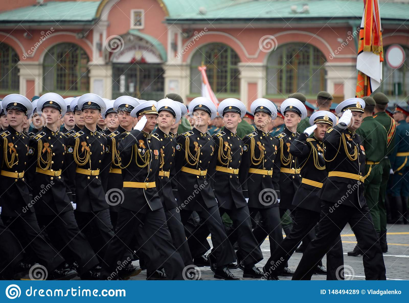 Cadets des corps militaires de cadet naval de Kronstadt pendant le défilé sur la place rouge en l honneur du jour de victoire