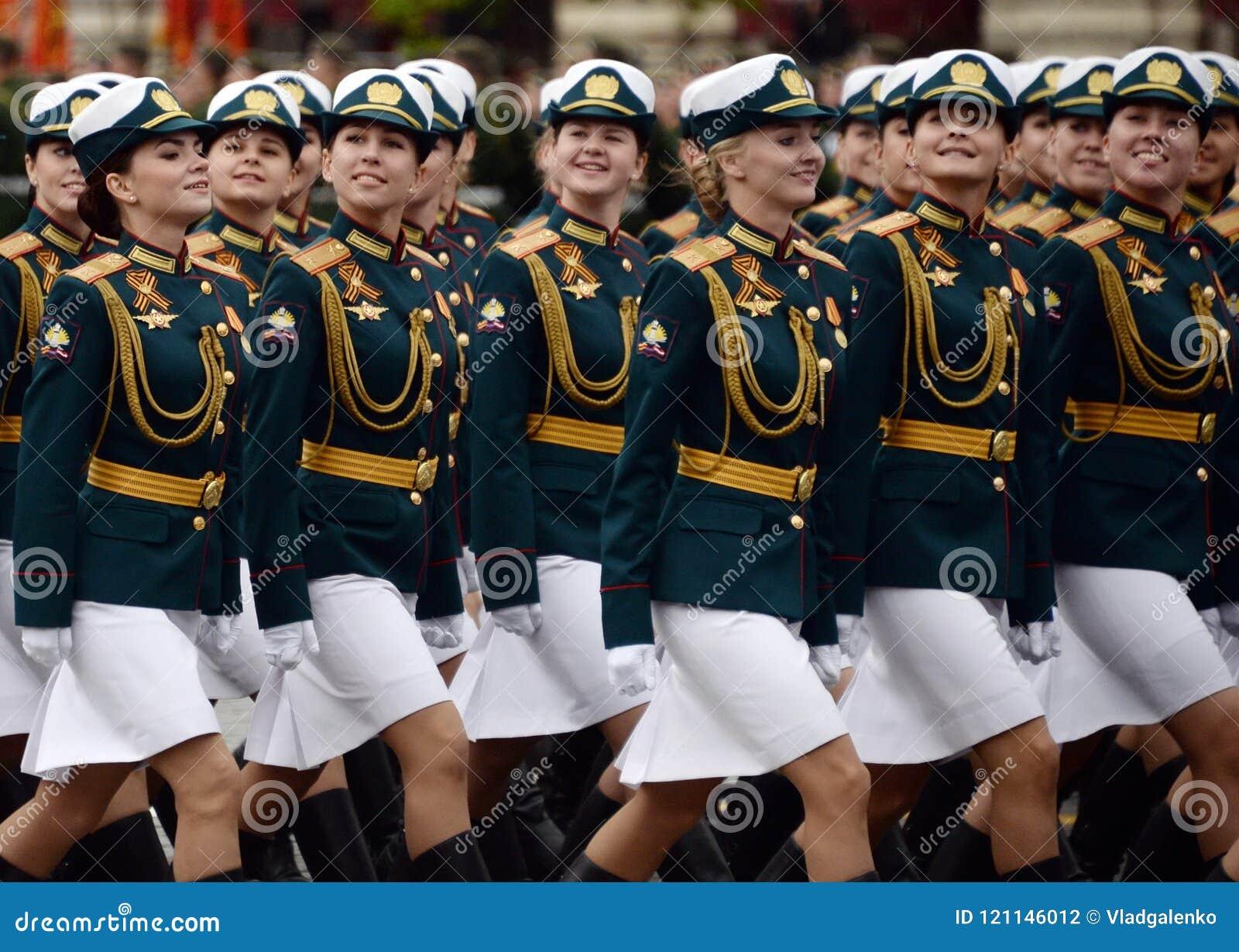 Cadets féminins de l université militaire et de l institut militaire de Volsky de l appui matériel pendant la répétition du défil