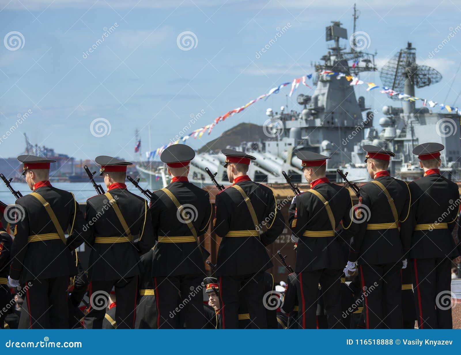Cadets militaires dans le service militaire contre le contexte d un bateau militaire