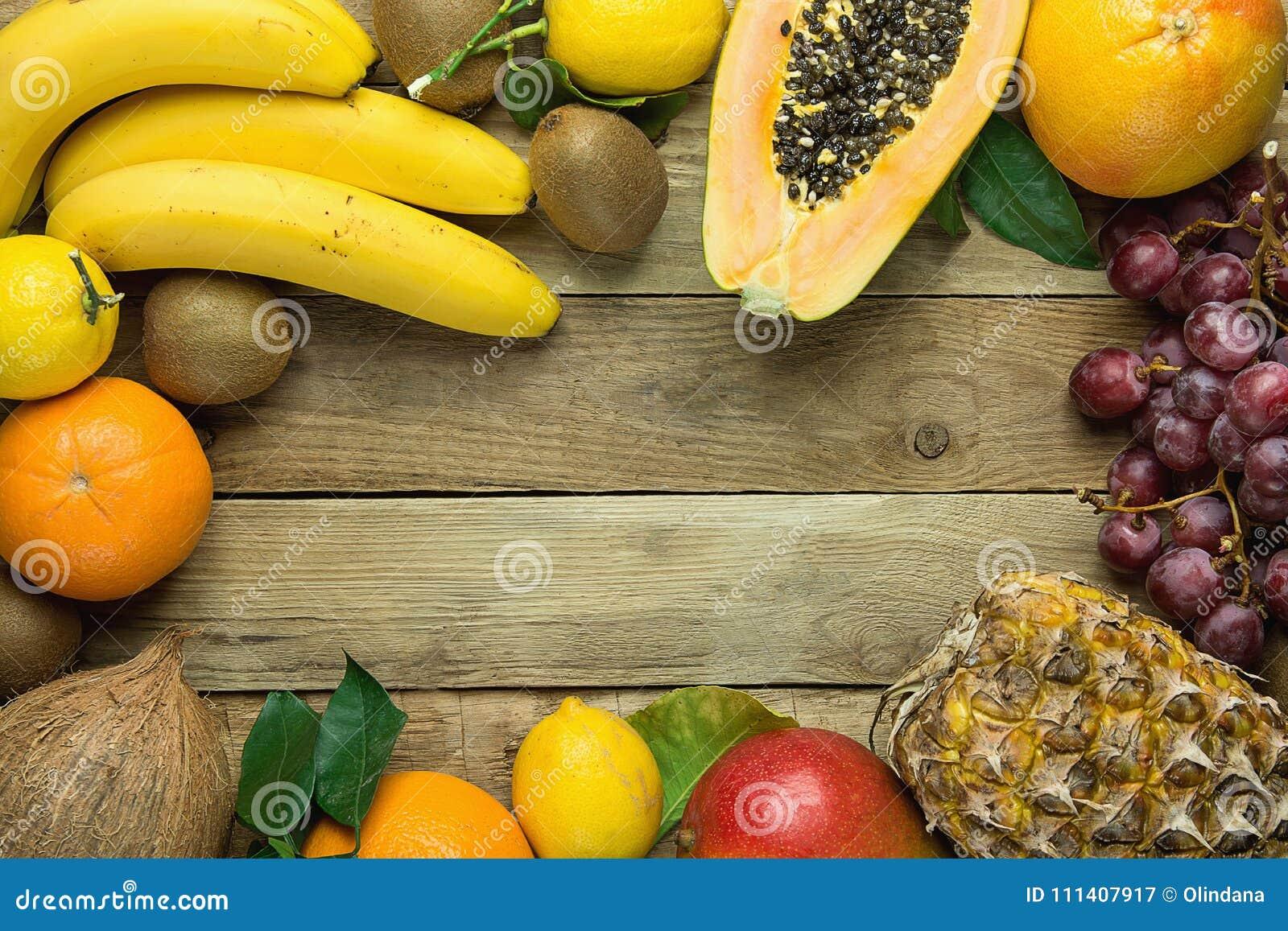 Cadre avec l espace de copie des oranges saisonnières fraîches Kiwi Bananas Lemons tropicales et d été de fruits d ananas de papa