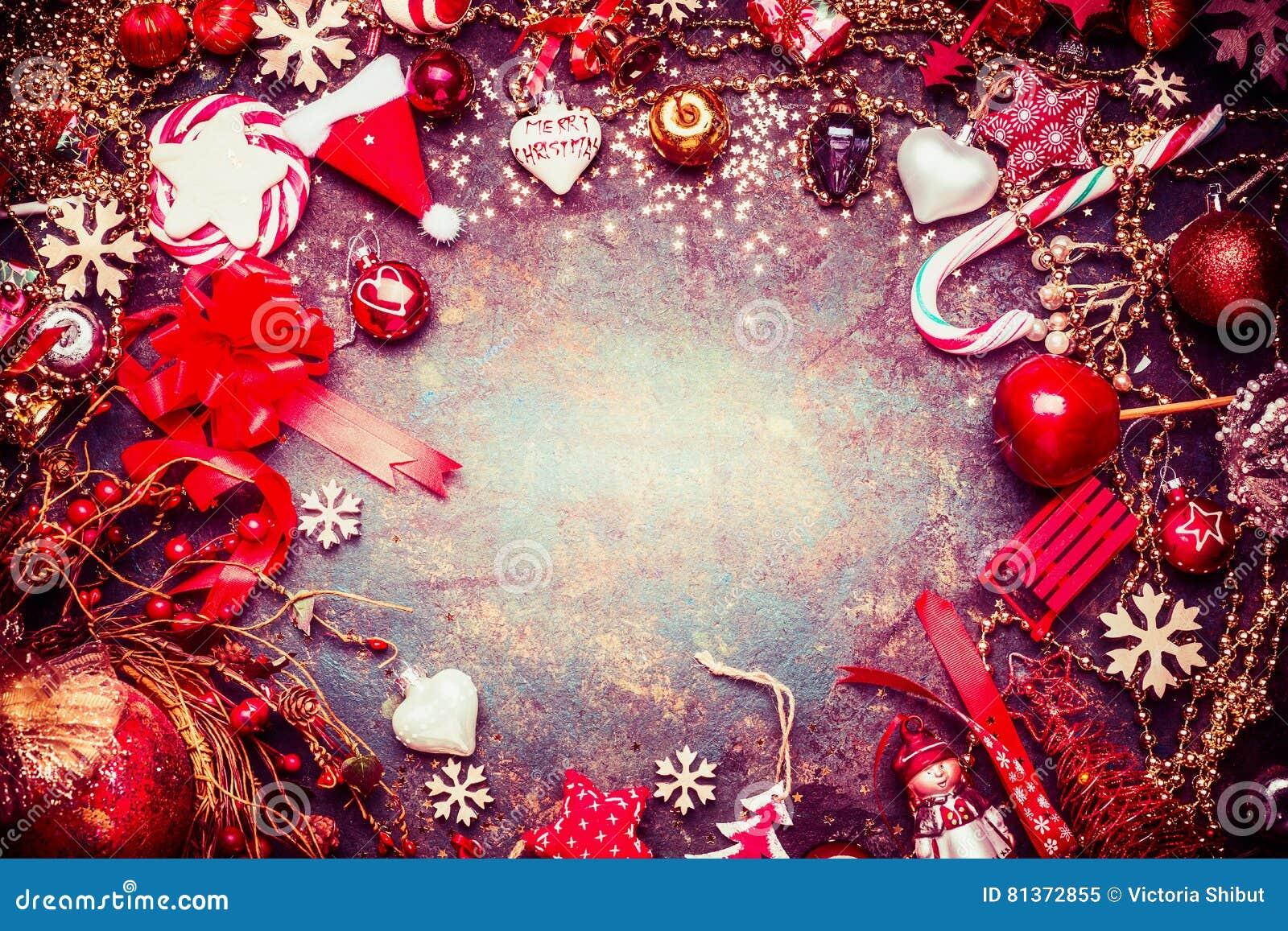 Cadre bleu rouge de Noël avec de diverses décorations de vacances de vintage et sucrerie sur le fond rustique