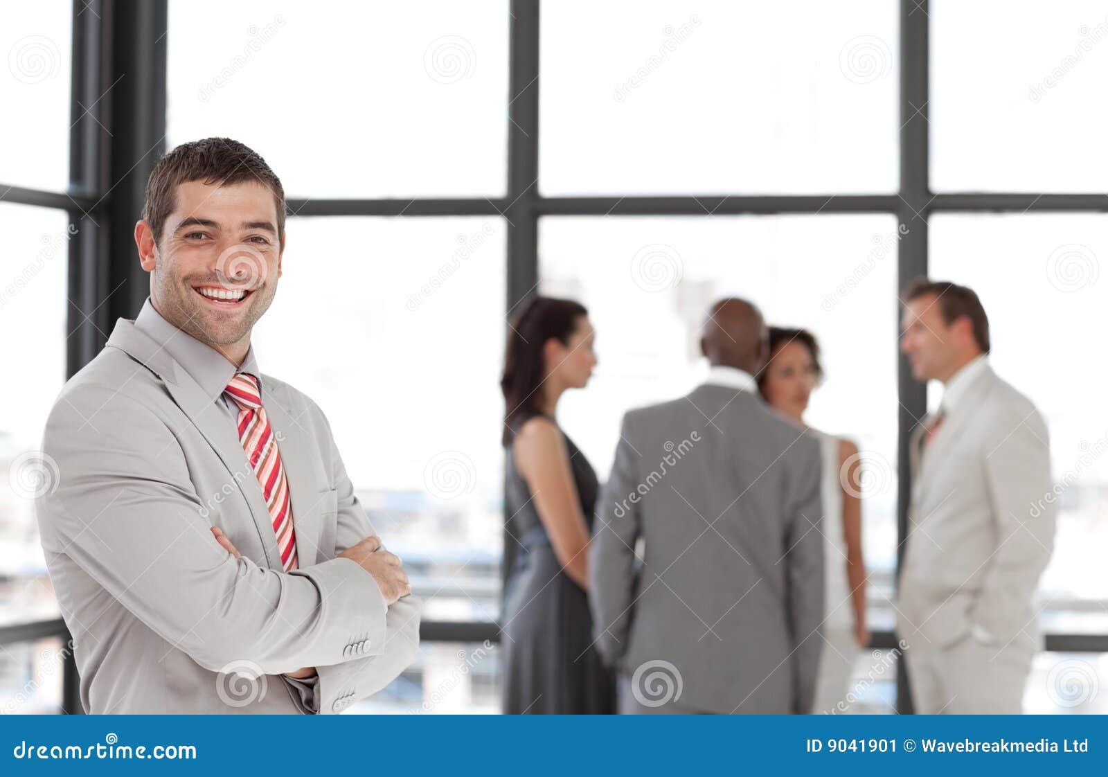 Cadre d affaires souriant à l appareil-photo
