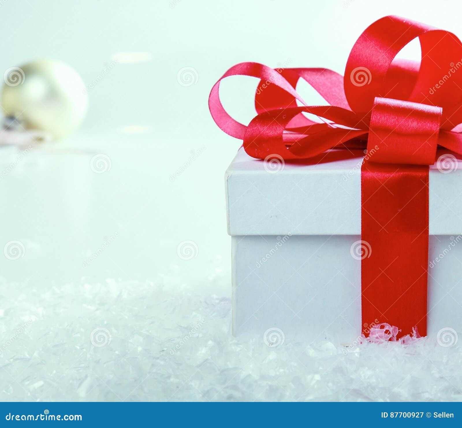Cadre de cadeau blanc avec la bande et la proue rouges