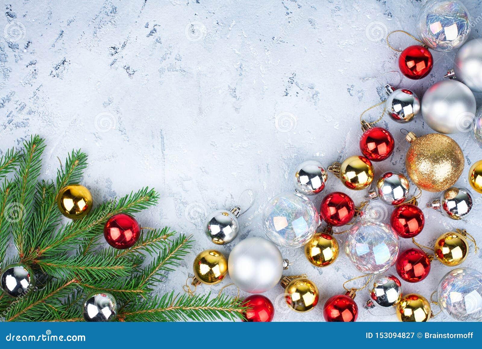 Cadre de fête de Noël, frontière décorative de nouvelle année, or brillant, décorations argentées et rouges de boules sur les bra
