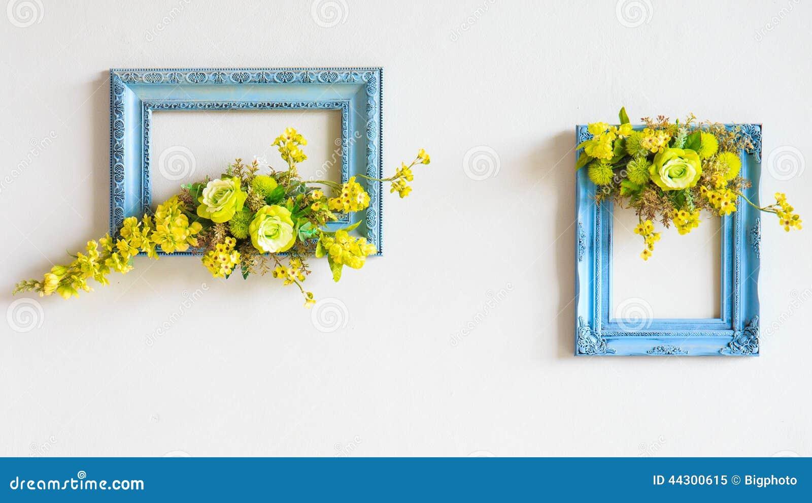 cadre de fleurs artificielles sur le mur photo stock. Black Bedroom Furniture Sets. Home Design Ideas