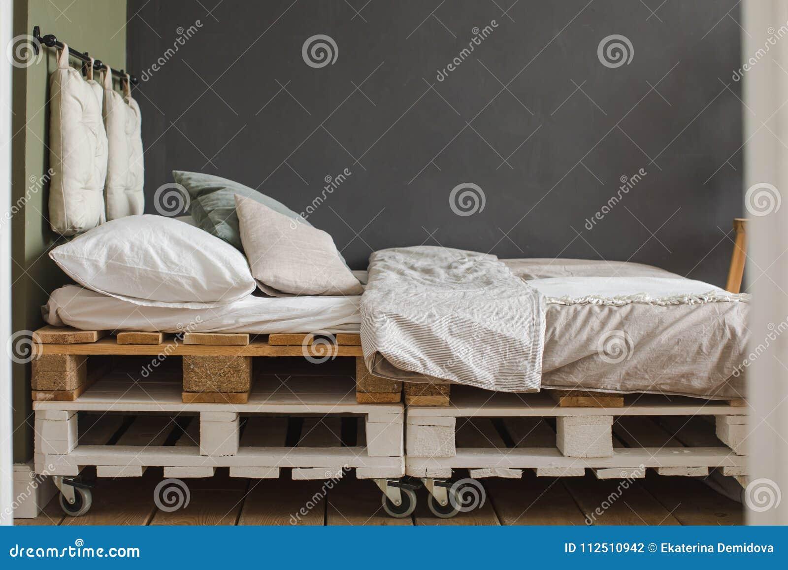 Cadre De Lit De Palette Réutilisé Par Chambre à Coucher Industrielle - Cadre de lit palette