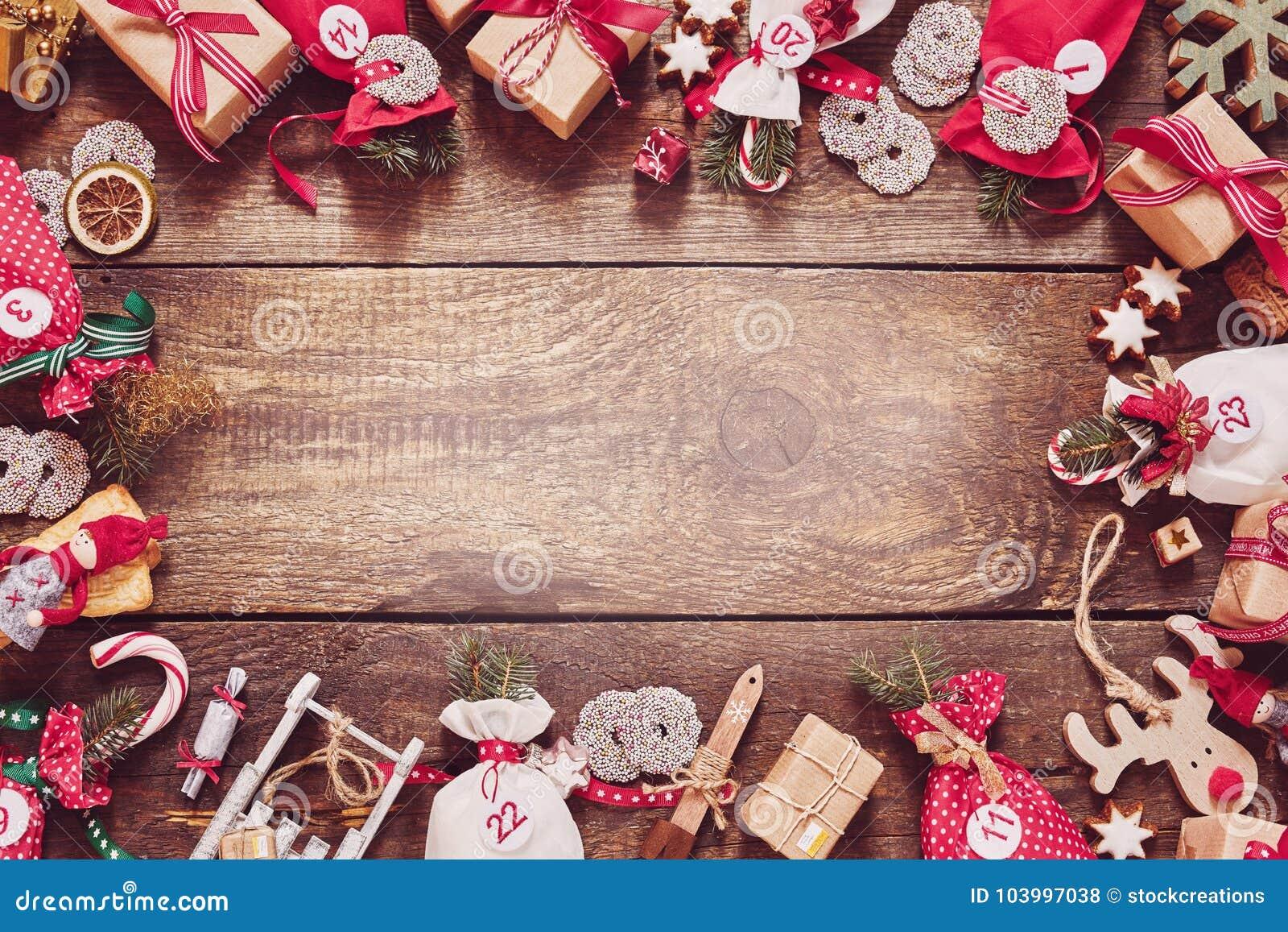 Cadre de Noël avec les cadeaux, la sucrerie et l artisanat