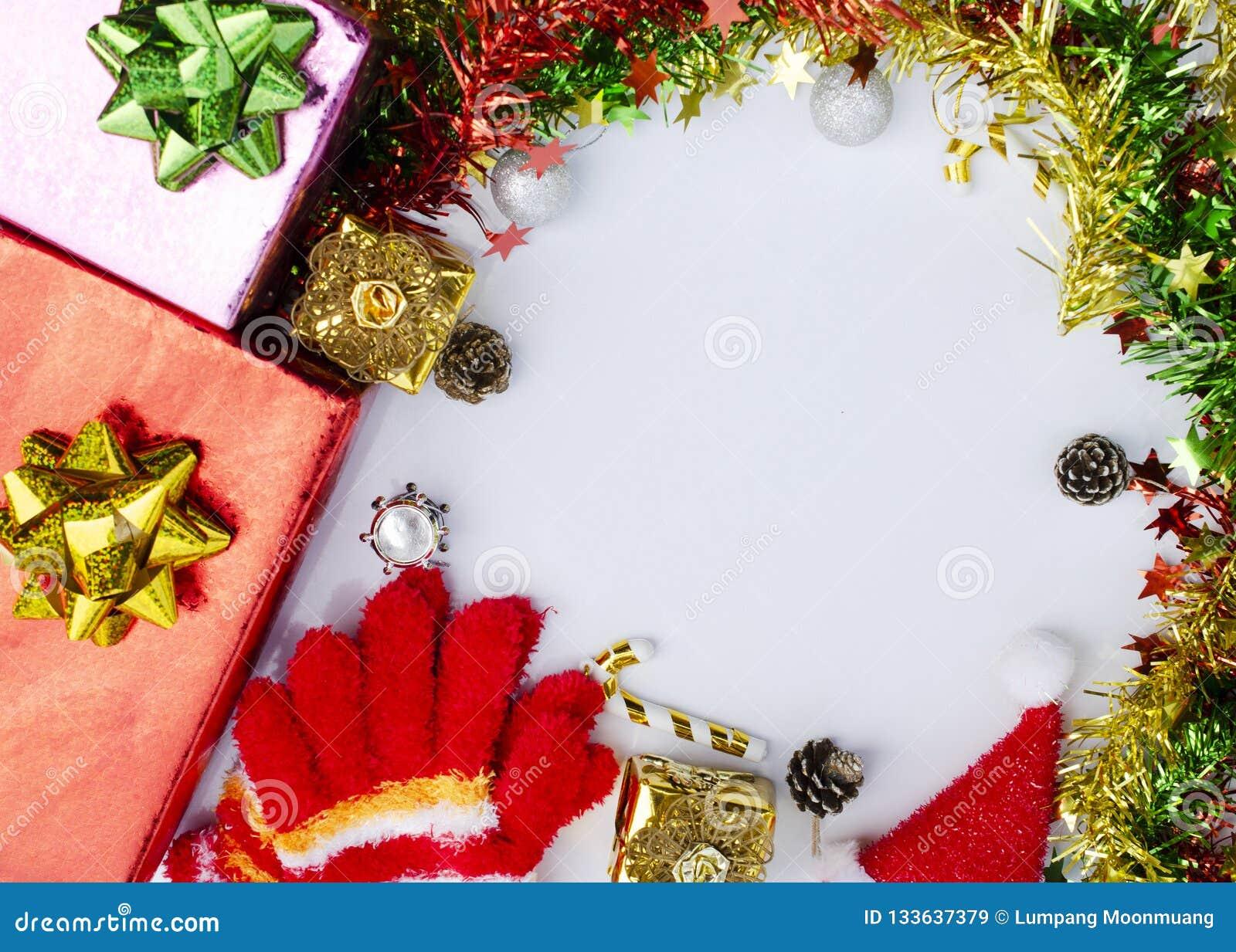 Cadre De Noël Des Boîte Cadeau De Couleur Branches De Sapin Sur Le