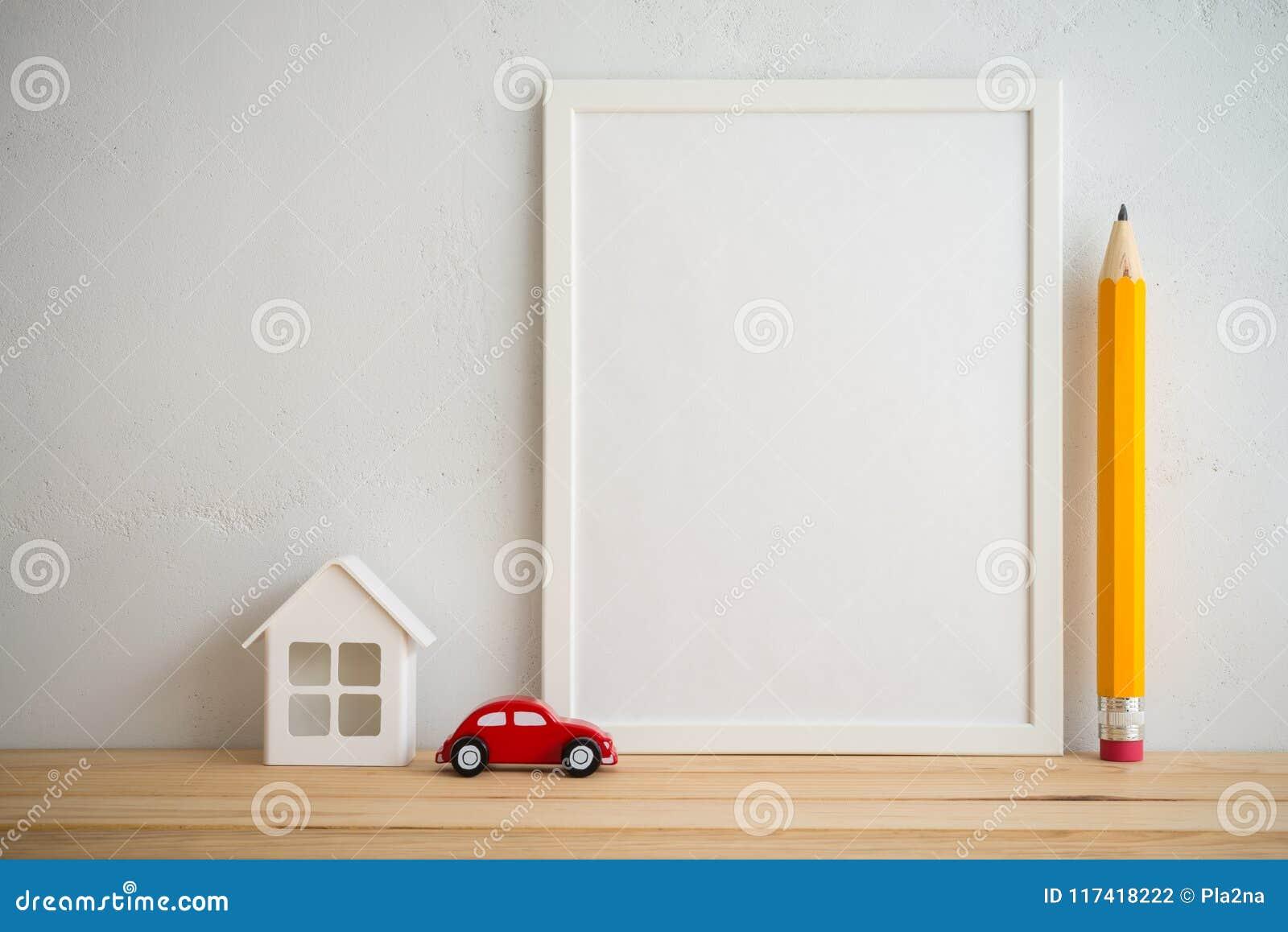 Cadre de photo et propriété de voiture de maison, éducation de crayon sur le wa blanc