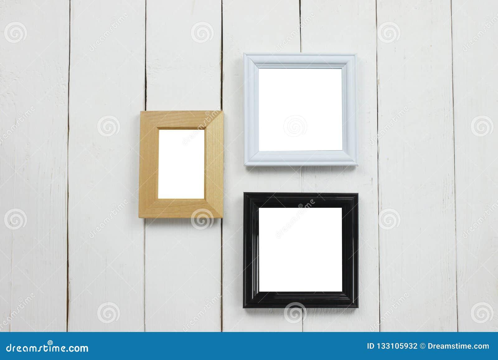 Cadre de tableau en bois réglé de blanc sur le plancher en bois blanc