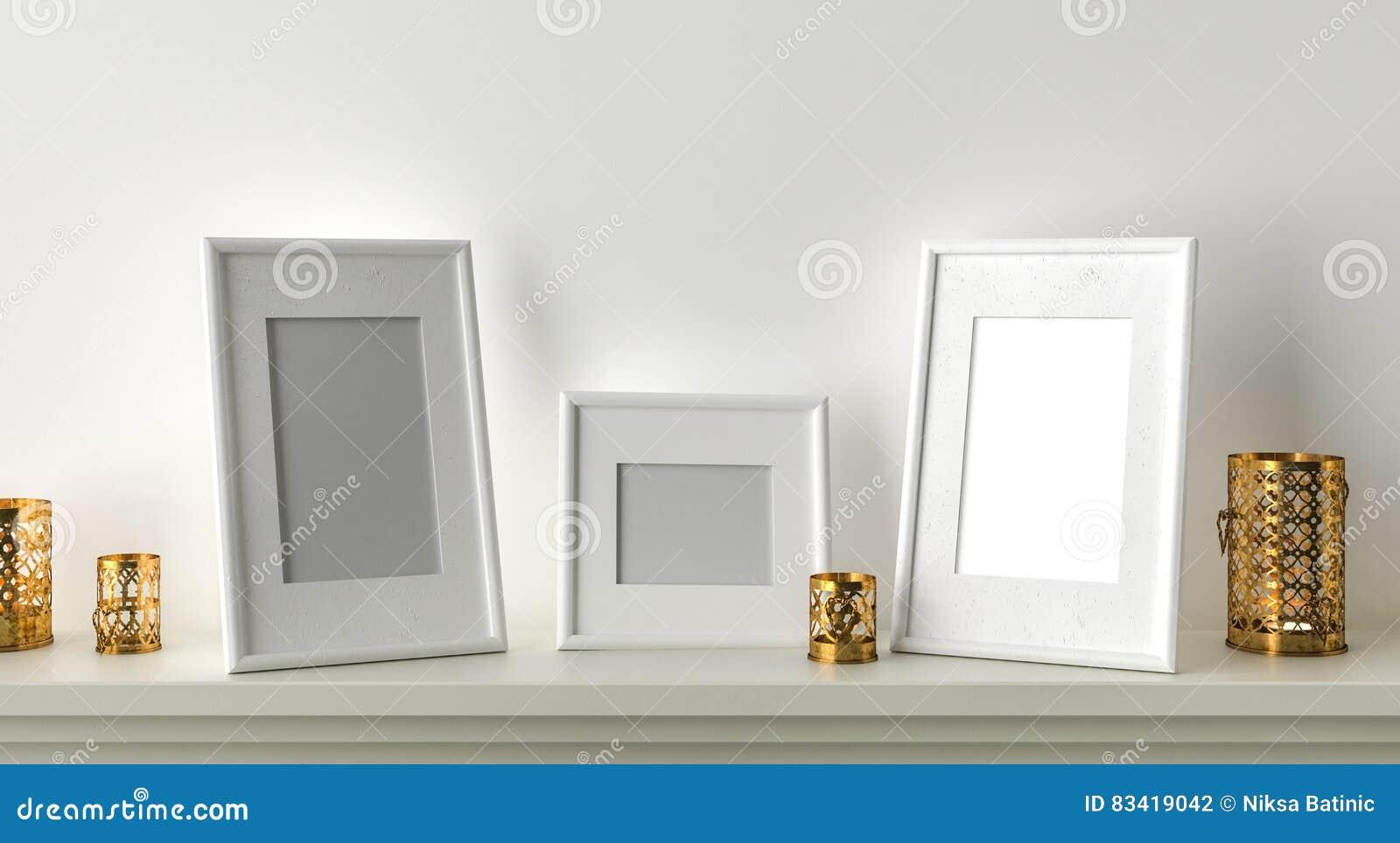 Cadre de tableau trois en blanc avec des bougies sur la cheminée