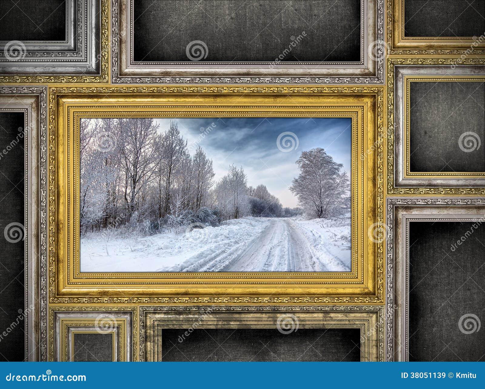 cadre en bois d 39 or avec le beau paysage entre l 39 autre f vide images libres de droits image. Black Bedroom Furniture Sets. Home Design Ideas