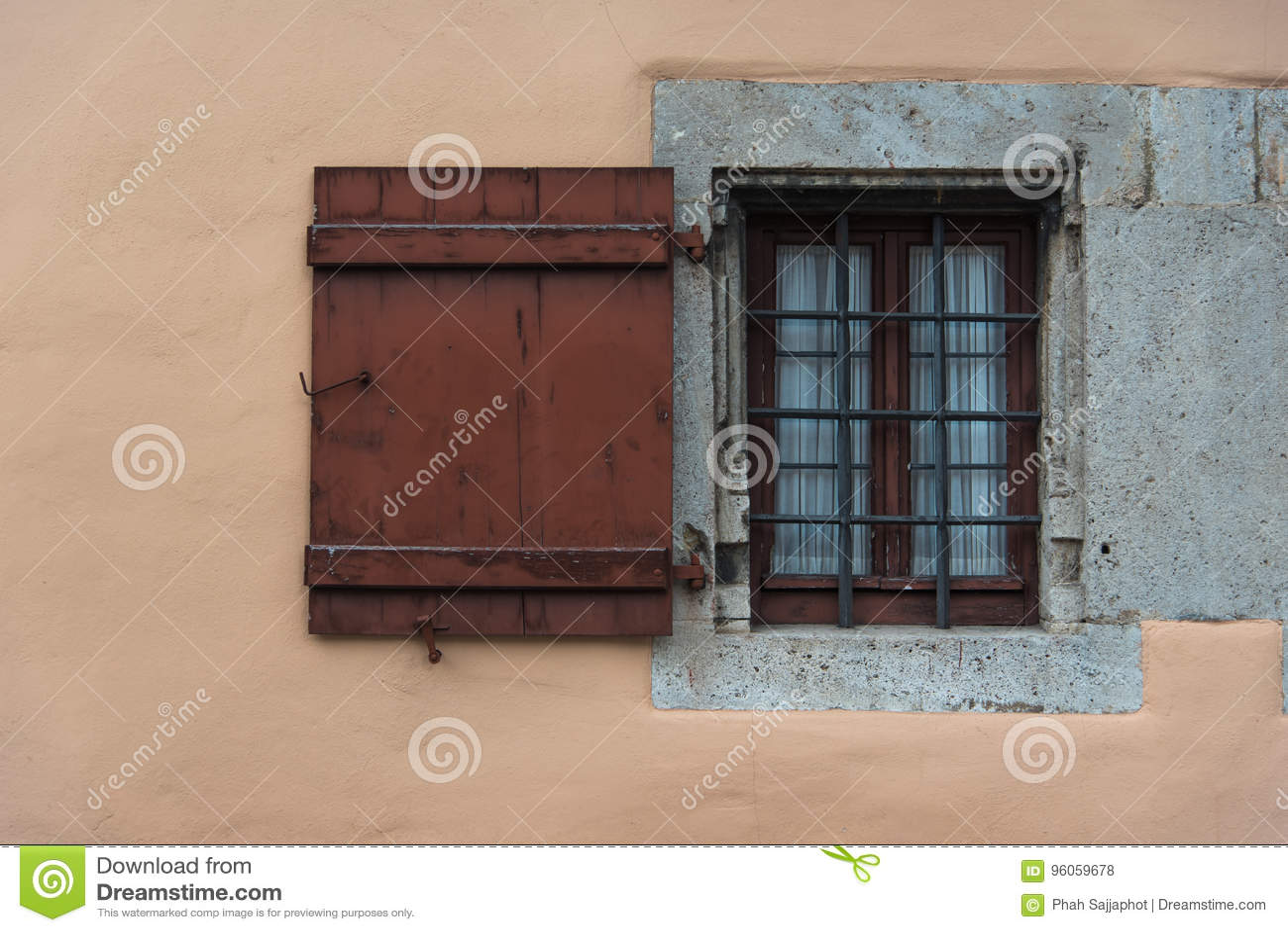 Cadre en bois de fenêtre rustique sur le vieux mur en Europe