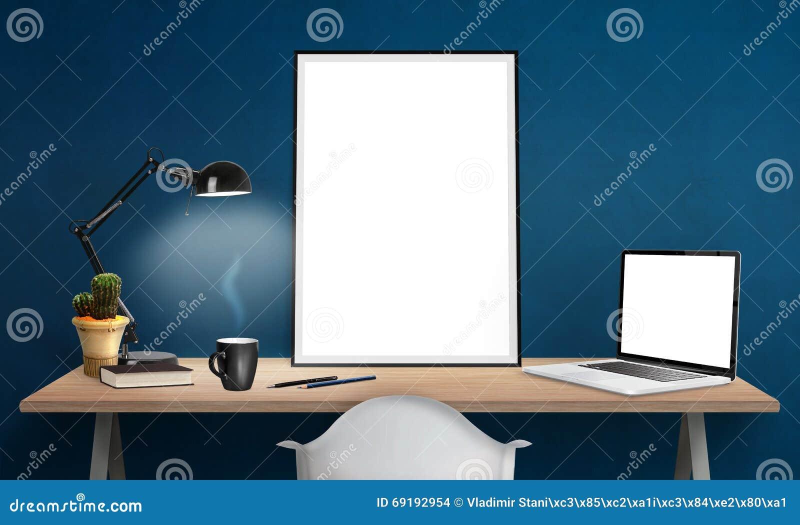 Cadre et ordinateur portable d affiche sur le bureau pour la