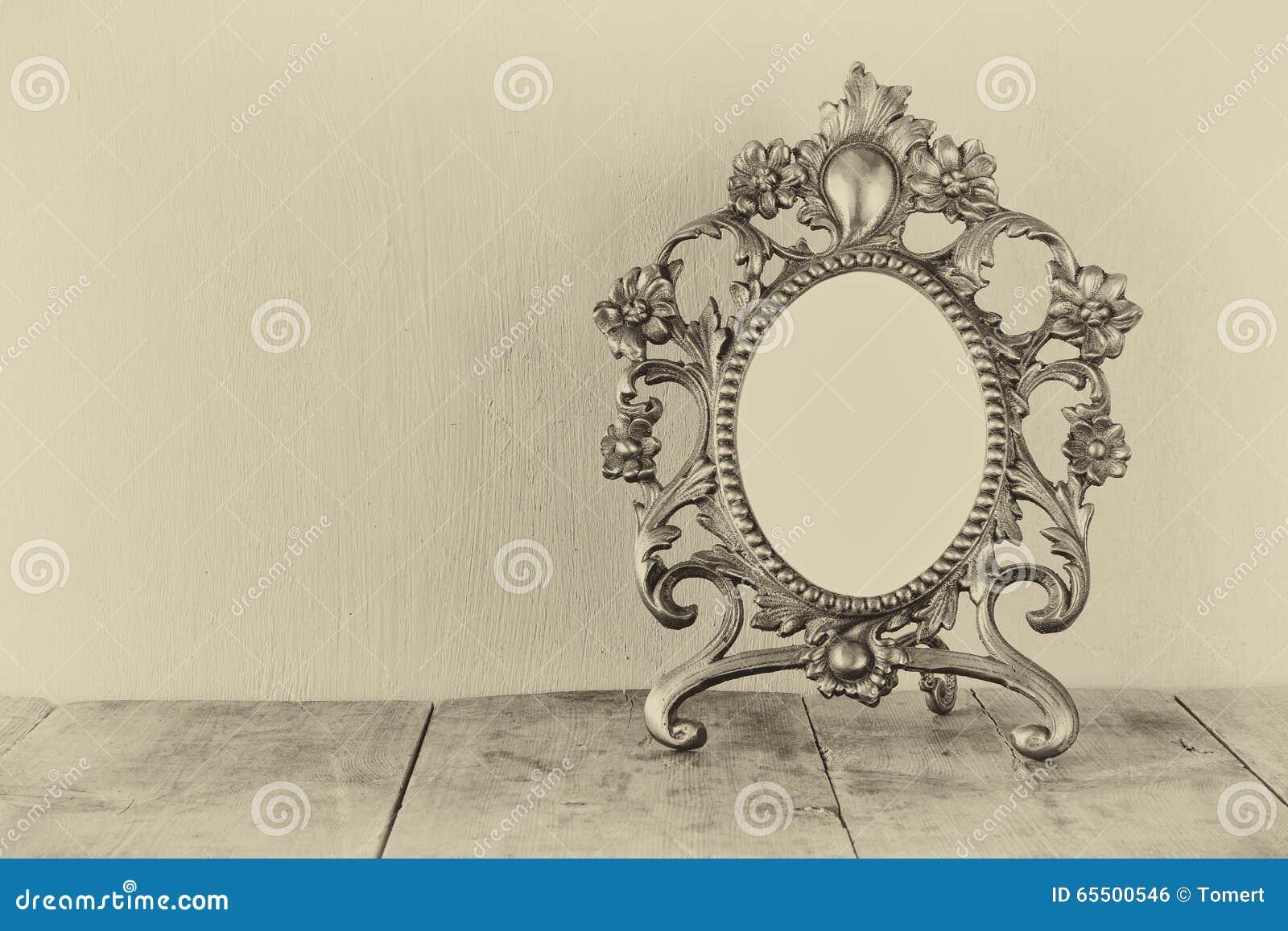 Image Pour Mettre Dans Un Cadre cadre vide antique de style de victorian sur la table en