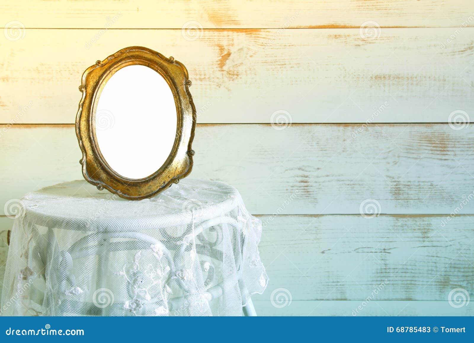 Image Pour Mettre Dans Un Cadre cadre vide antique de style de vintage sur la table de