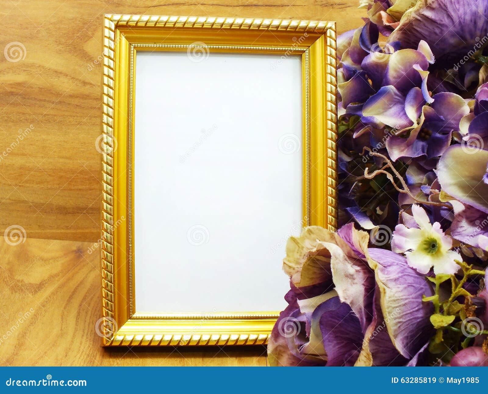 cadre vide de photo avec la fleur artificielle photo stock - image