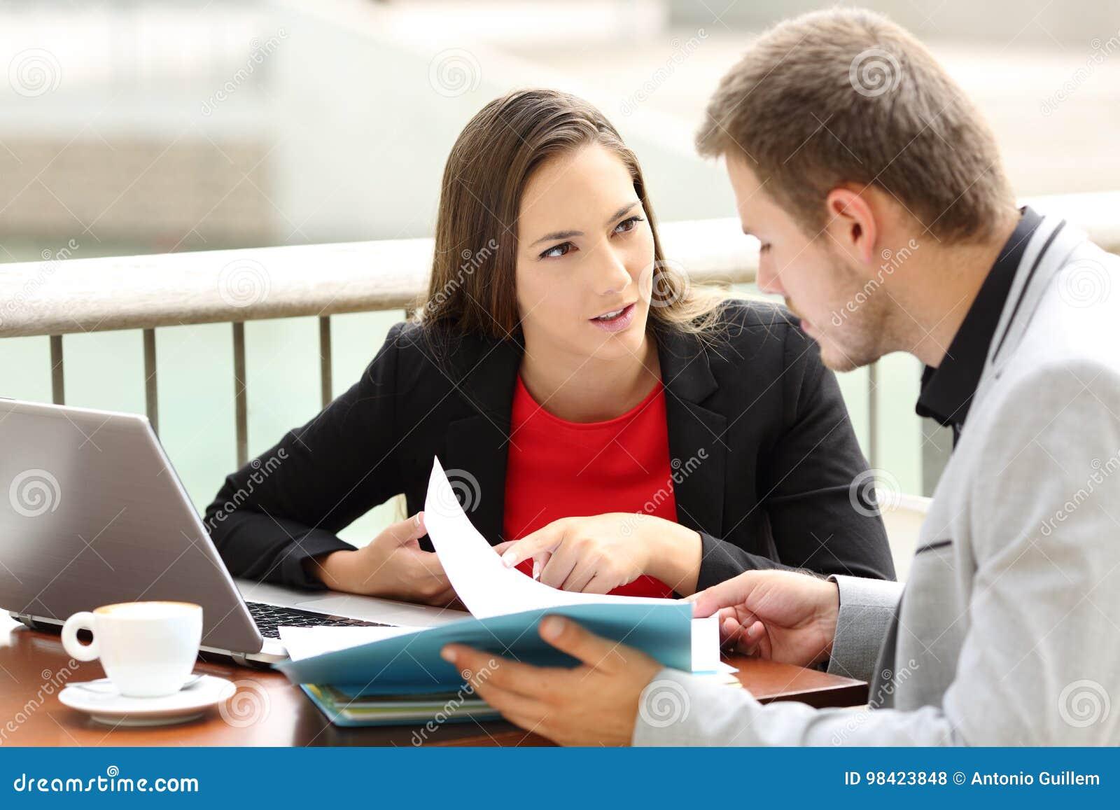Cadres ayant une conversation d affaires dans une barre