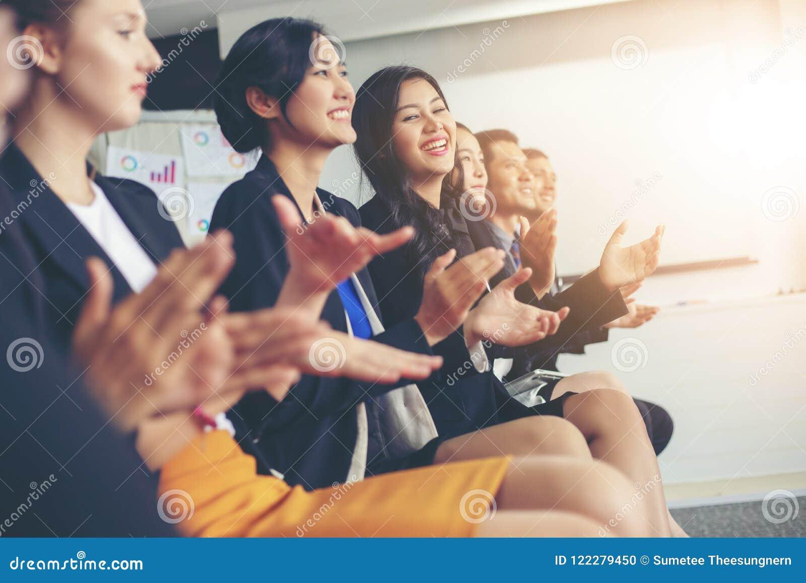 Cadres commerciaux applaudissant lors d une réunion d affaires