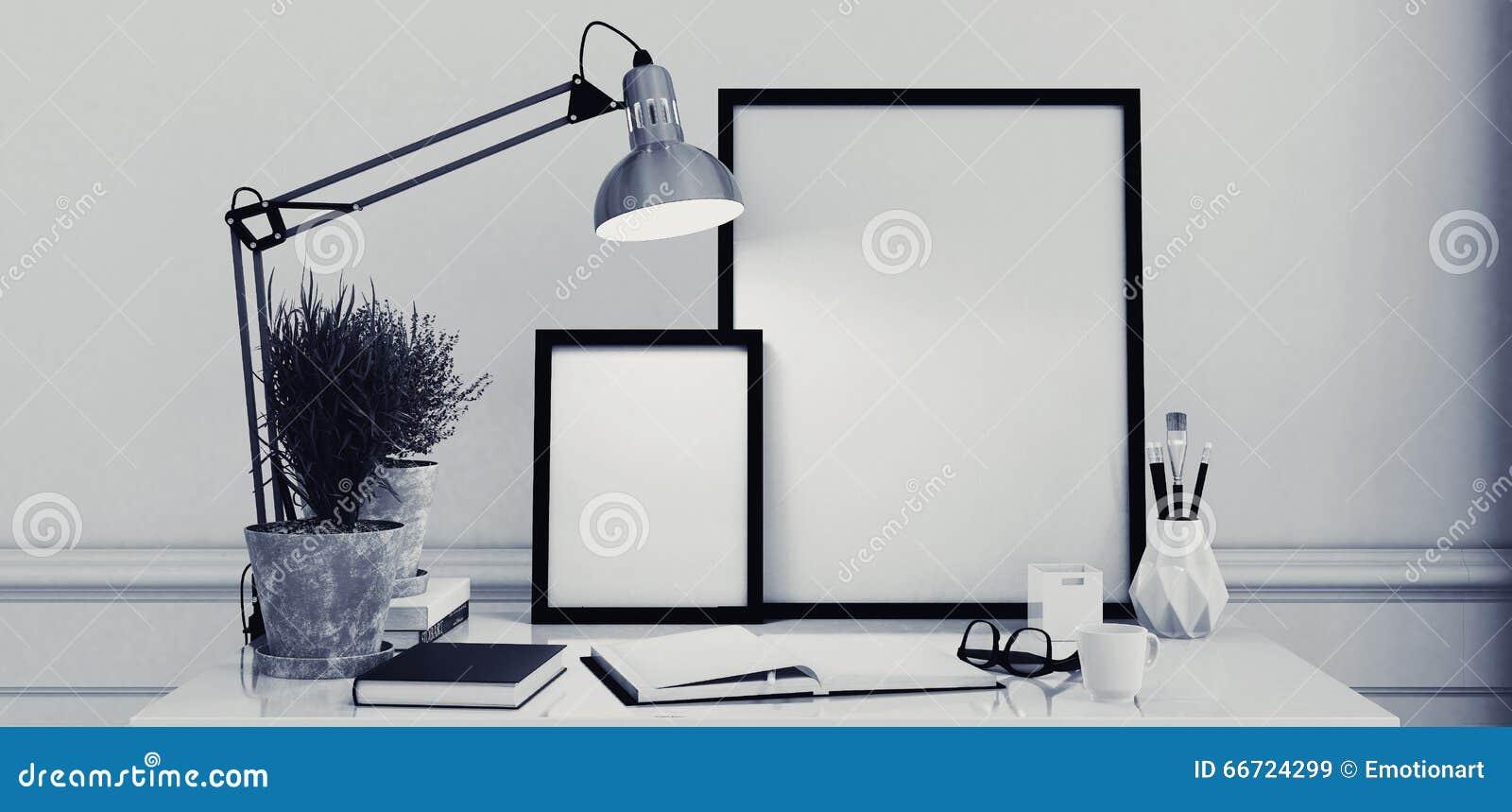 Cadres de tableau vides sur un bureau moderne simple image stock