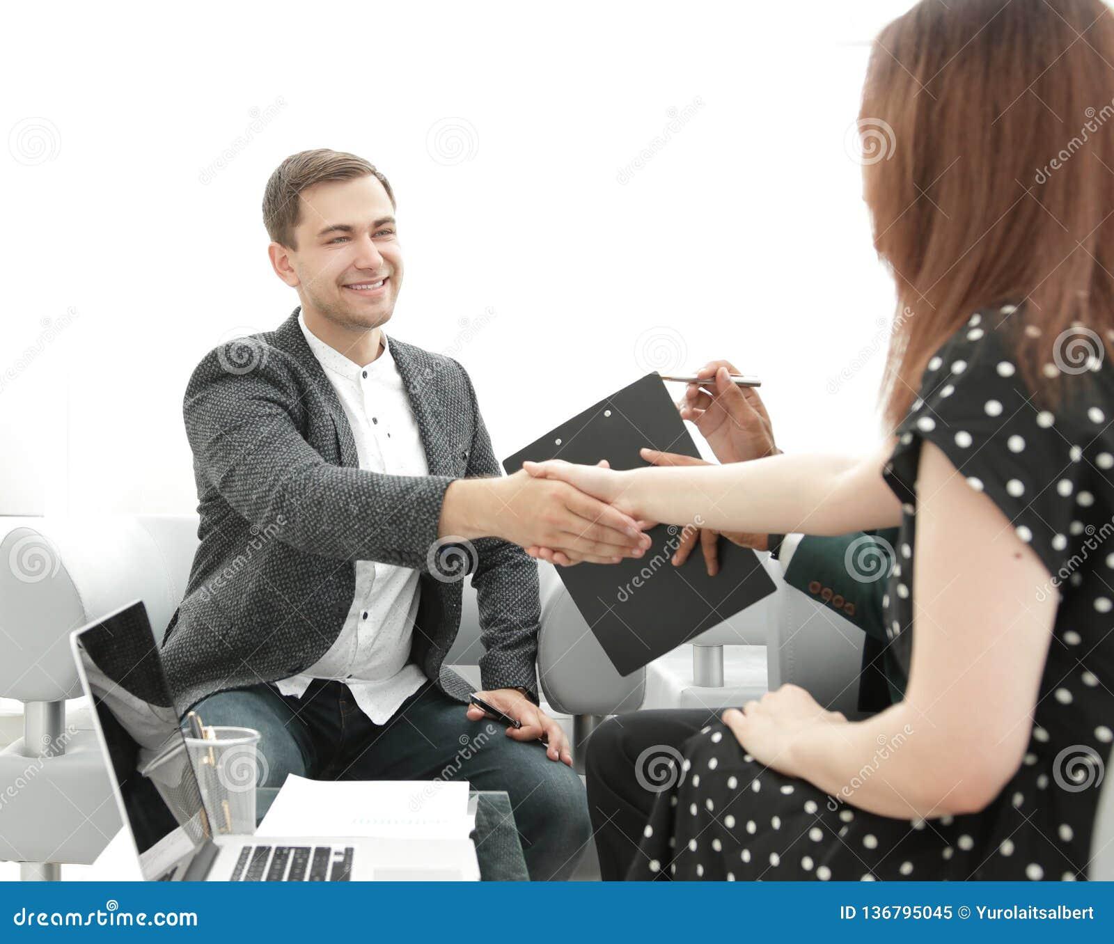 Cadres se serrant la main au cours d une réunion d affaires dans le bureau