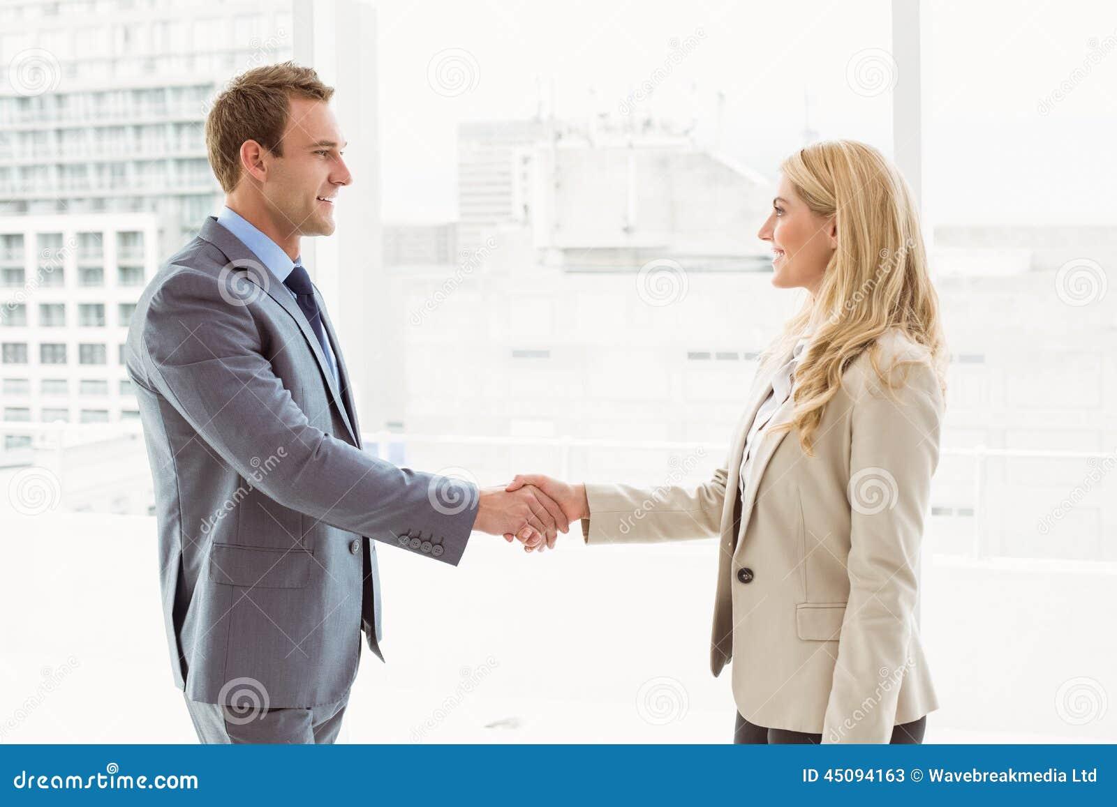 Cadres se serrant la main dans le bureau