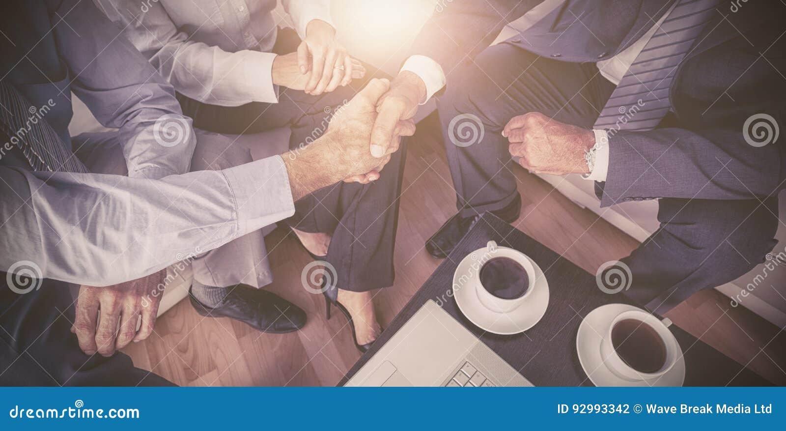 Cadres se serrant la main lors de la réunion
