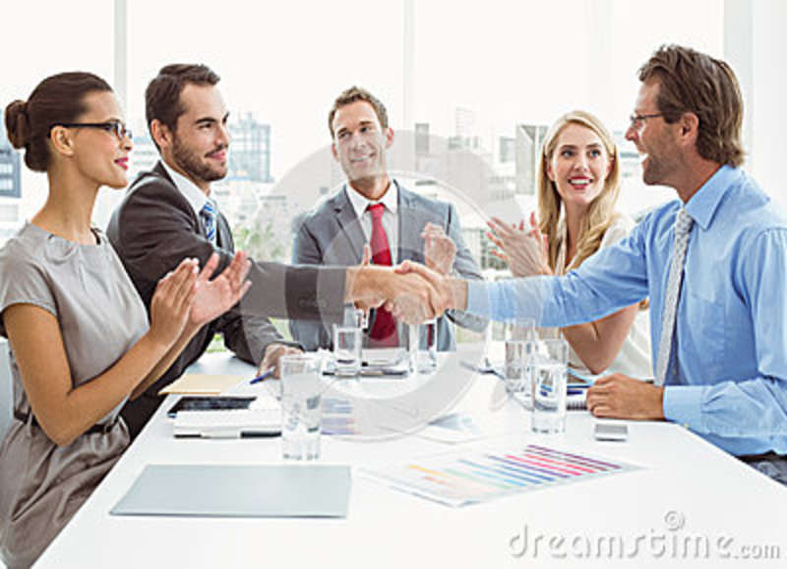 Cadres se serrant la main lors de la réunion de salle du conseil d administration