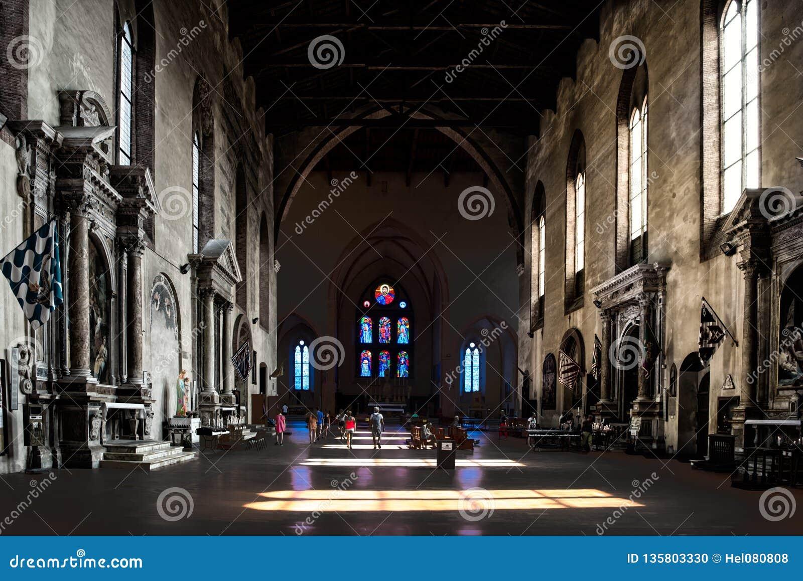 Caduta leggera attraverso le finestre sul pavimento della basilica San Domeniko Siena, Toscana, Italia, luce ed ombra in chiesa