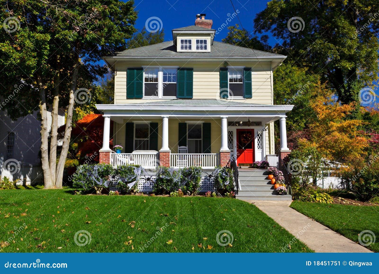 Caduta unifamiliare di autunno della casa di stile della for Creatore della pianta della casa