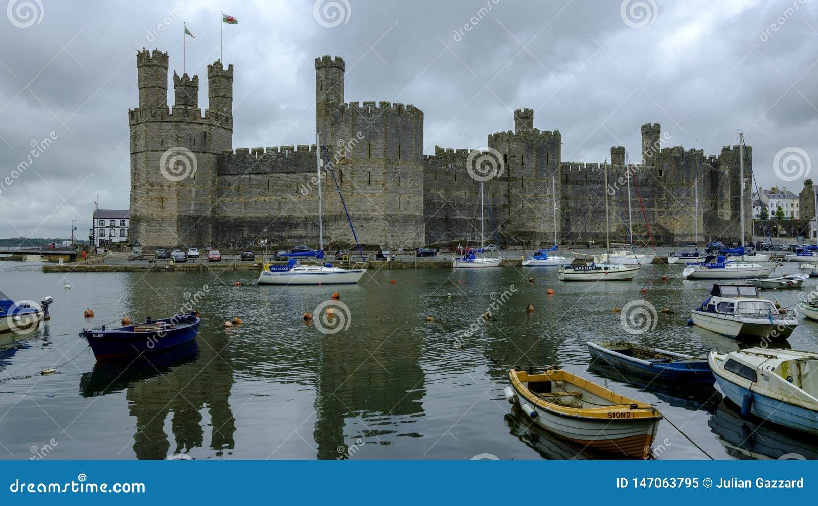 Caernarfon slott ?ver hamnen, Wales, UK