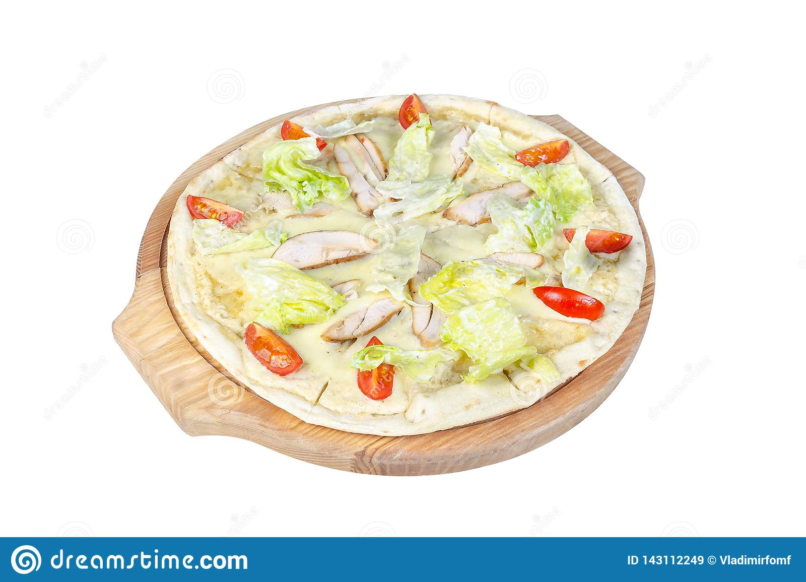 Caesar pizza na round tnącej desce odizolowywającej na białym tle