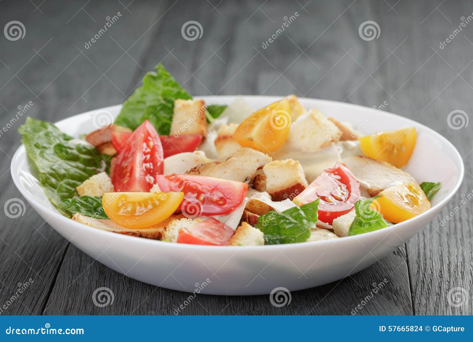 Caesar sałatka z kurczakiem na dębowym stole