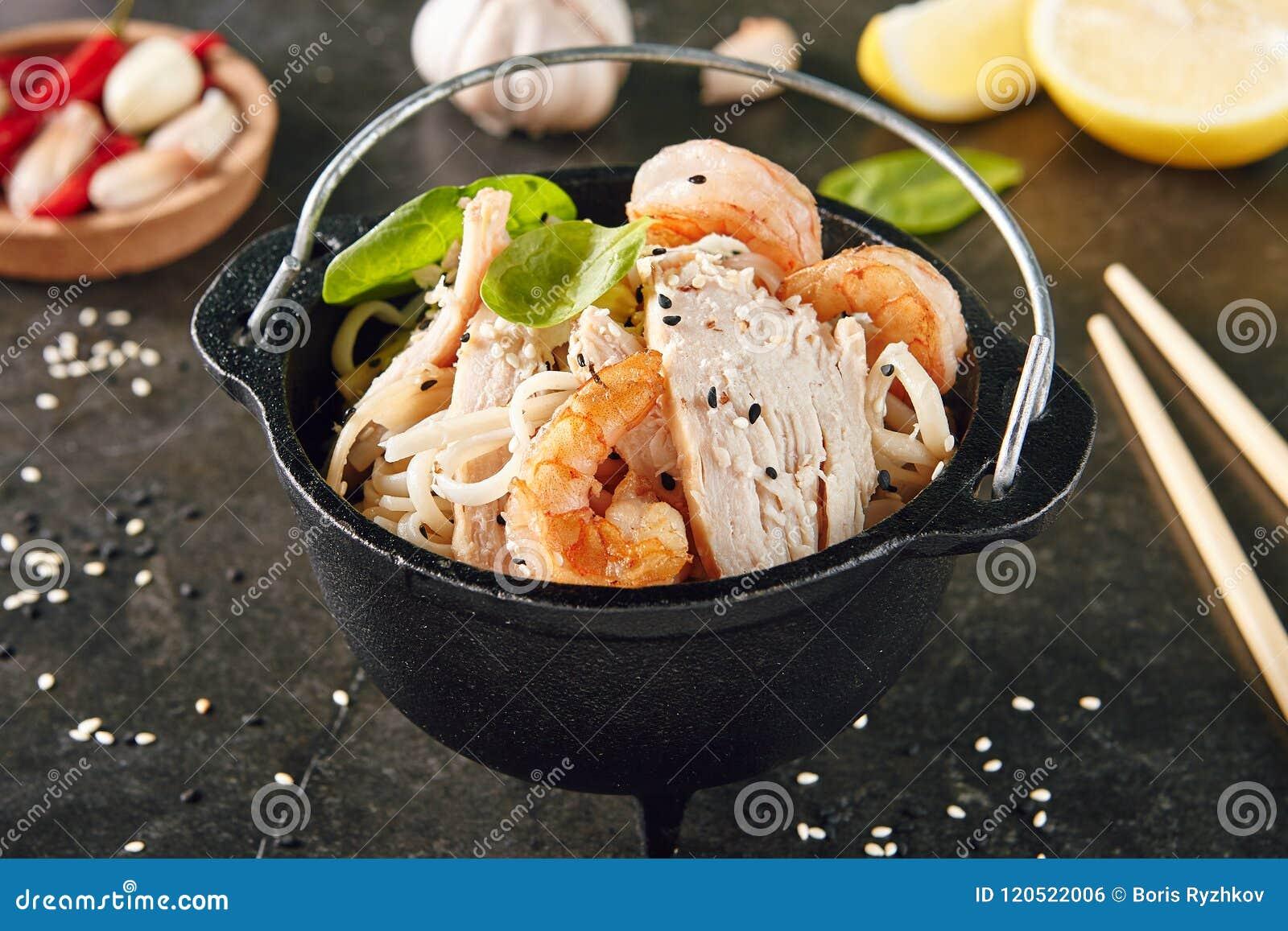 Caesar Salad avec les crevettes et le poulet
